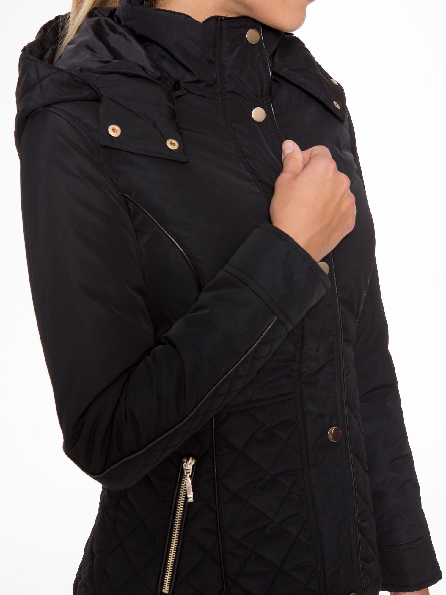 Czarna kurtka z pikowanymi wstawkami i skórzaną lamówką                                  zdj.                                  6