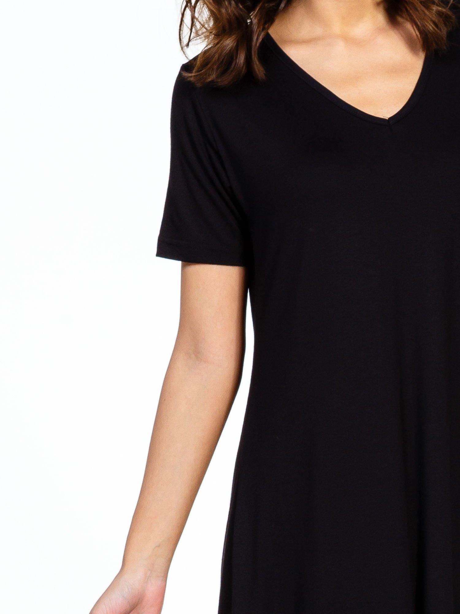 Czarna luźna sukienka z asymetrycznym dołem                                  zdj.                                  4