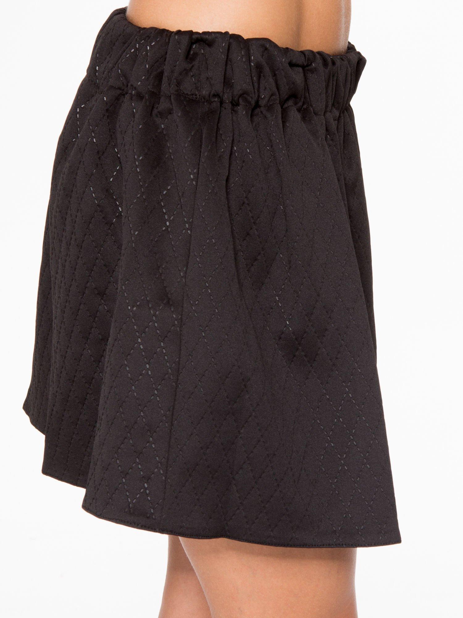 Czarna mini spódniczka w pikowany wzór                                  zdj.                                  7