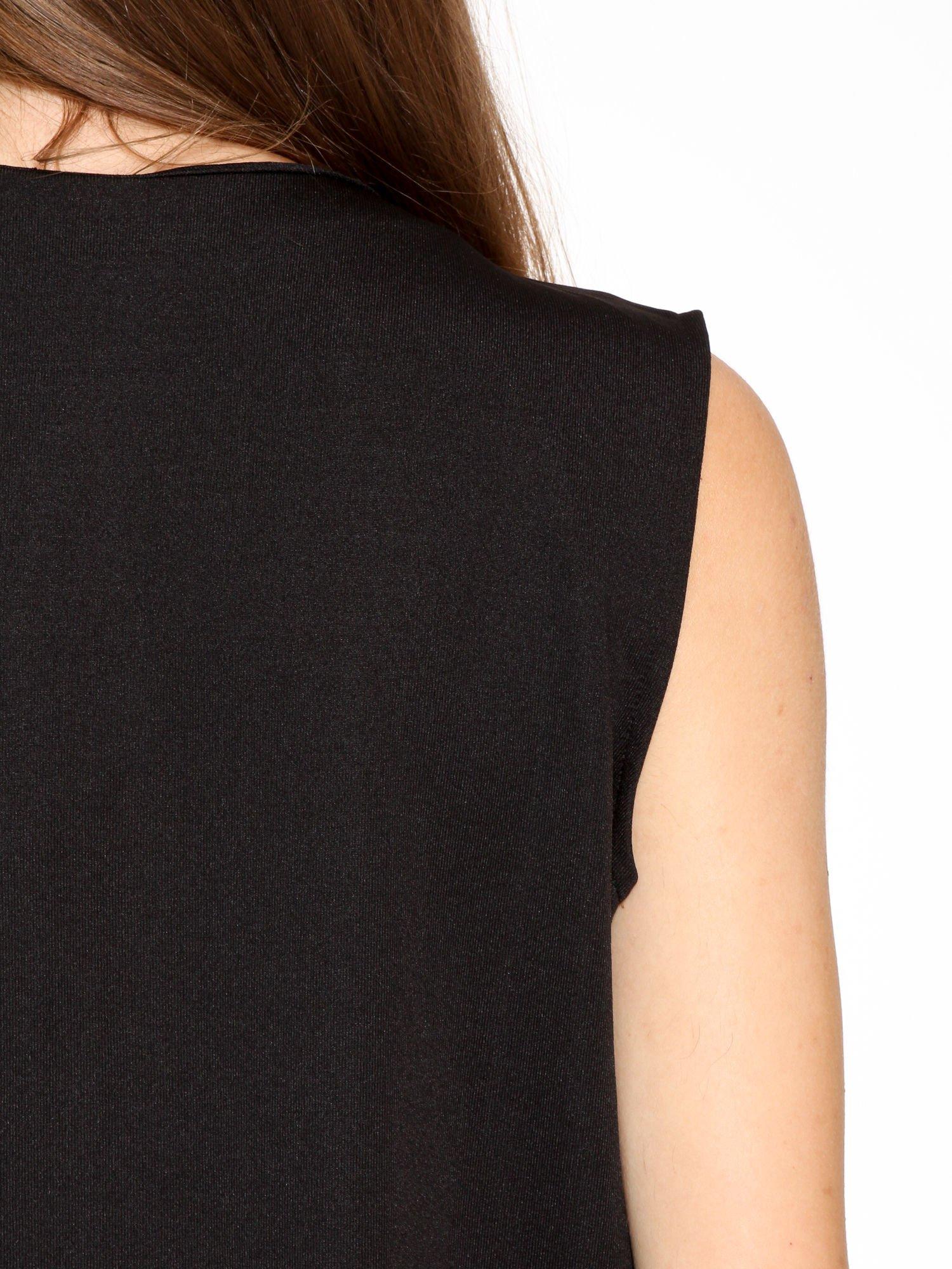 Czarna minimalistyczna sukienka z dekoltem w serek                                  zdj.                                  9