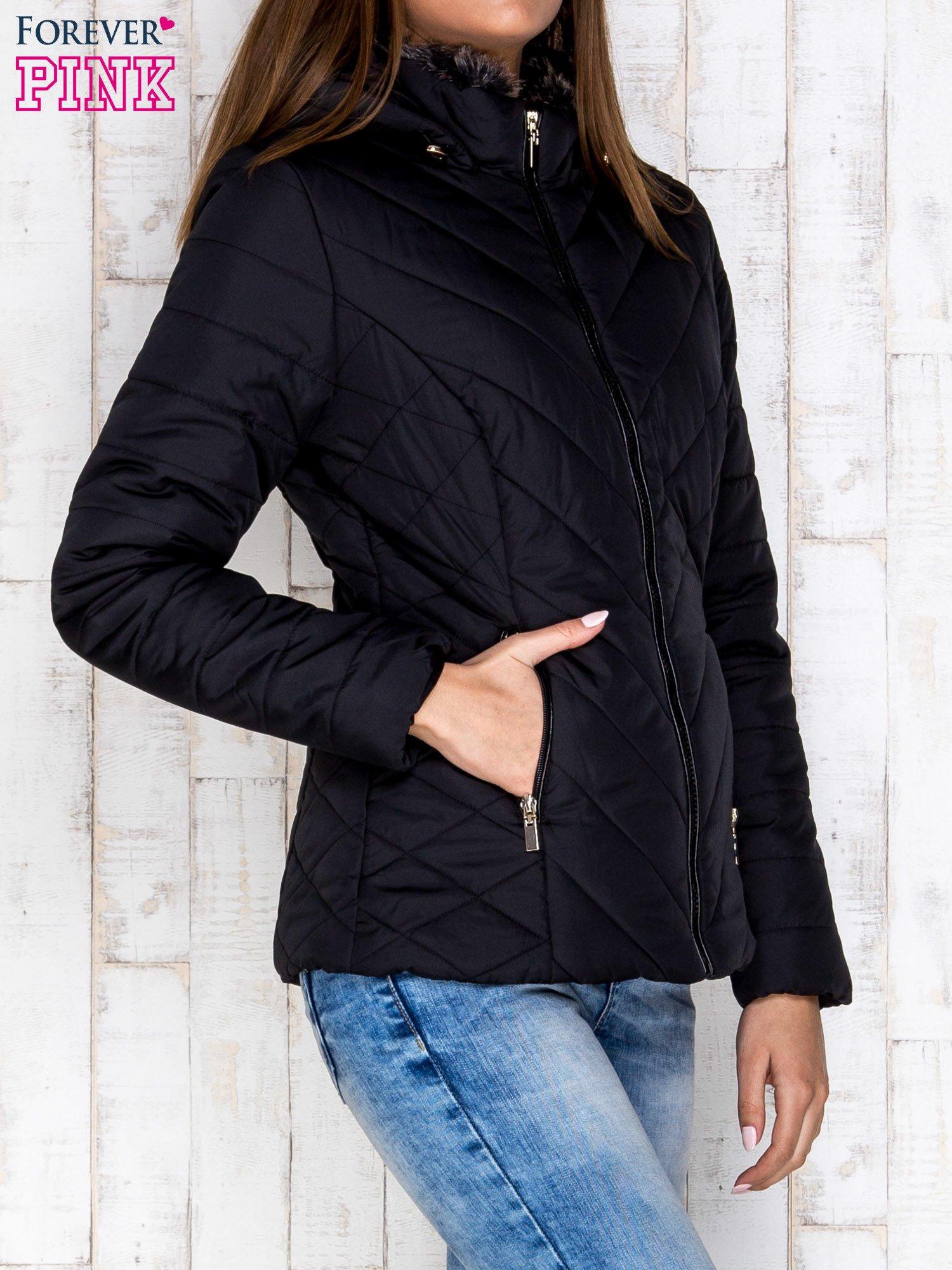 Czarna pikowana kurtka z kapturem i futrzanym kołnierzem                                  zdj.                                  3