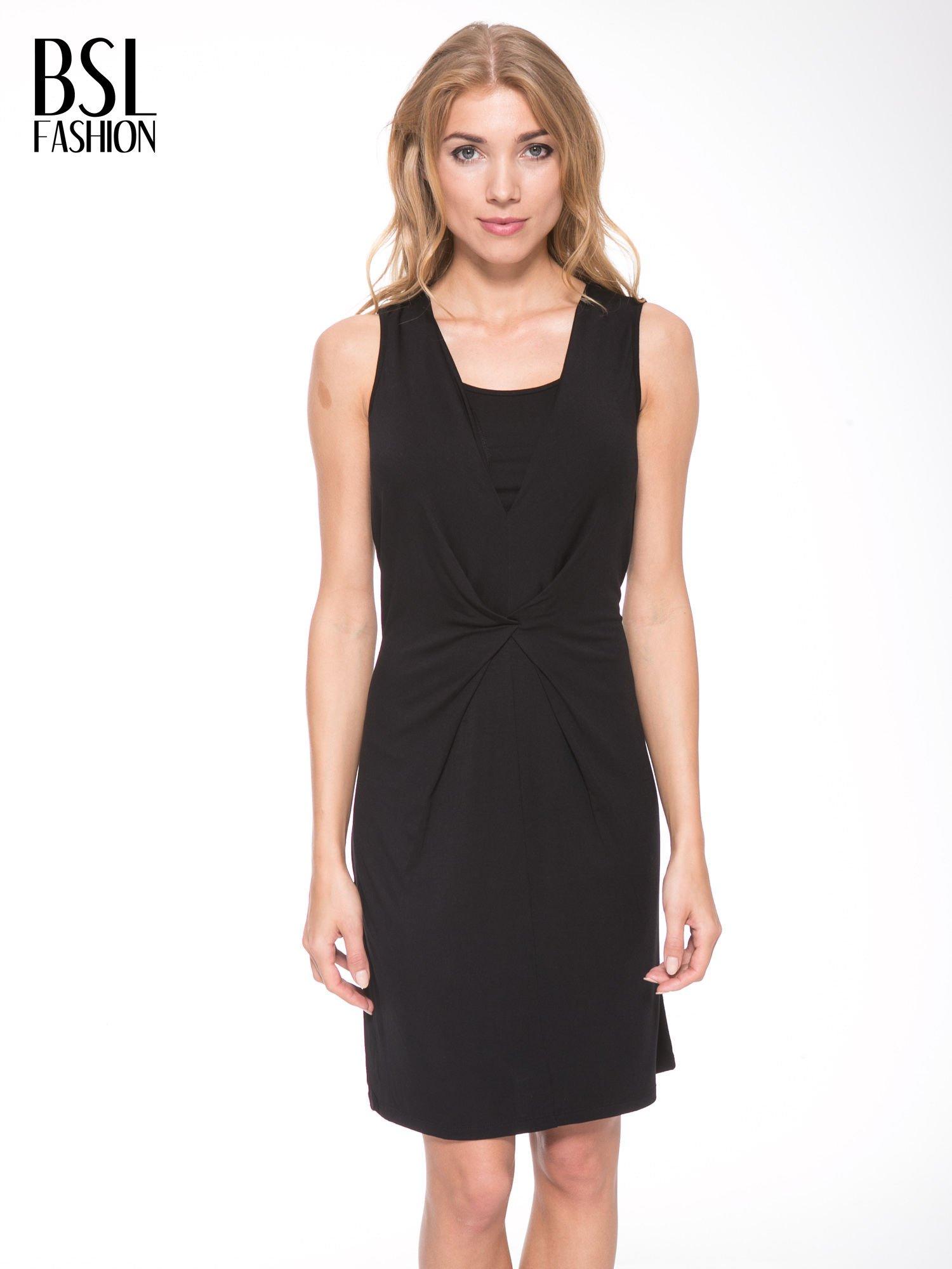 Czarna prosta sukienka z drapowaniem z przodu                                  zdj.                                  1