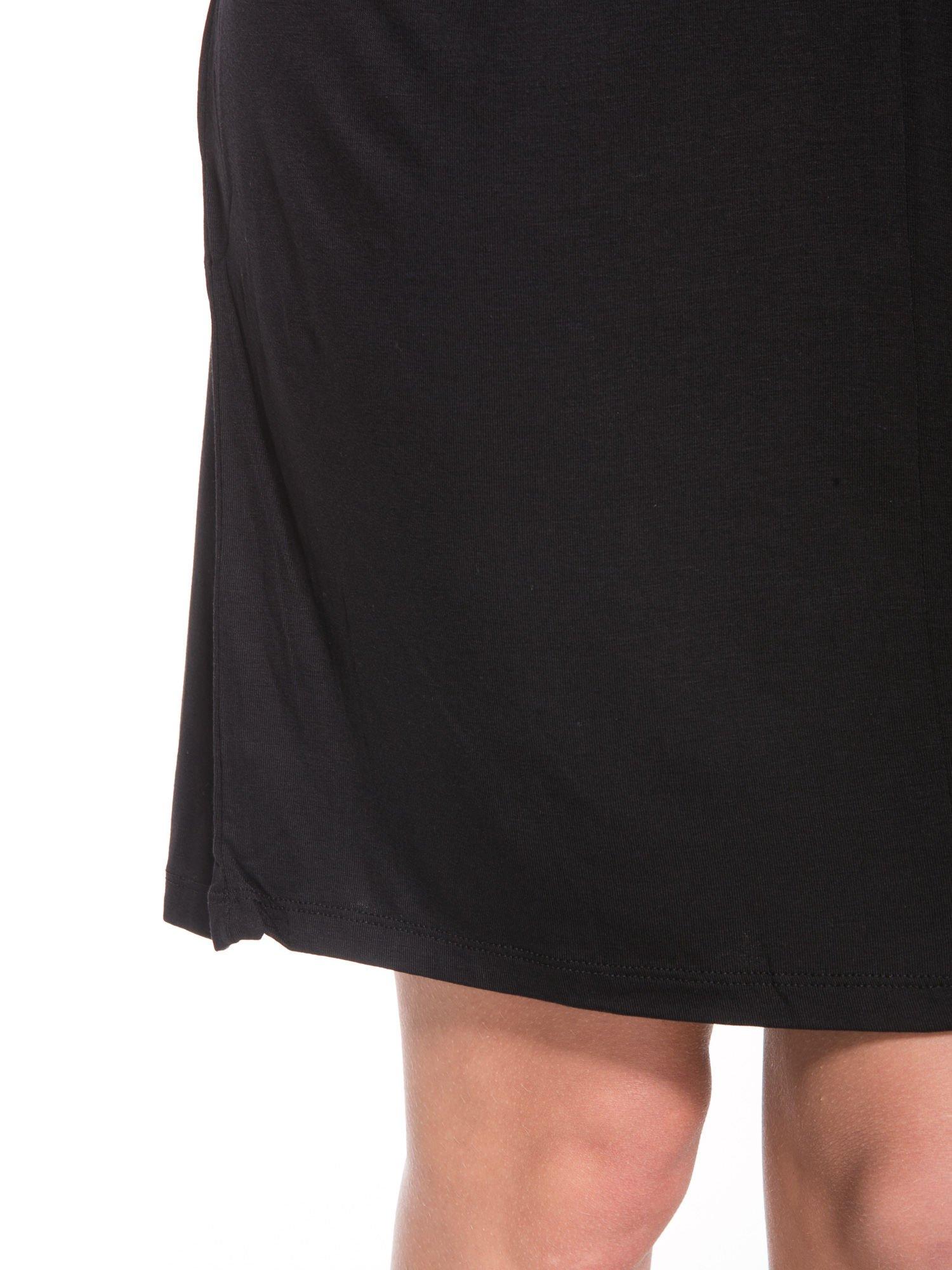 Czarna prosta sukienka z drapowaniem z przodu                                  zdj.                                  9