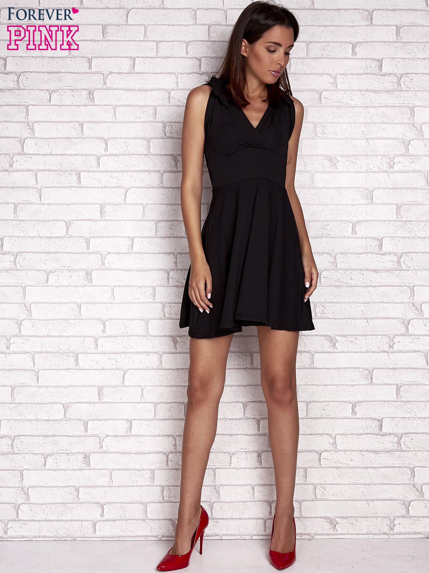 Czarna rozkloszowana sukienka z głębokim dekoltem V                                  zdj.                                  2
