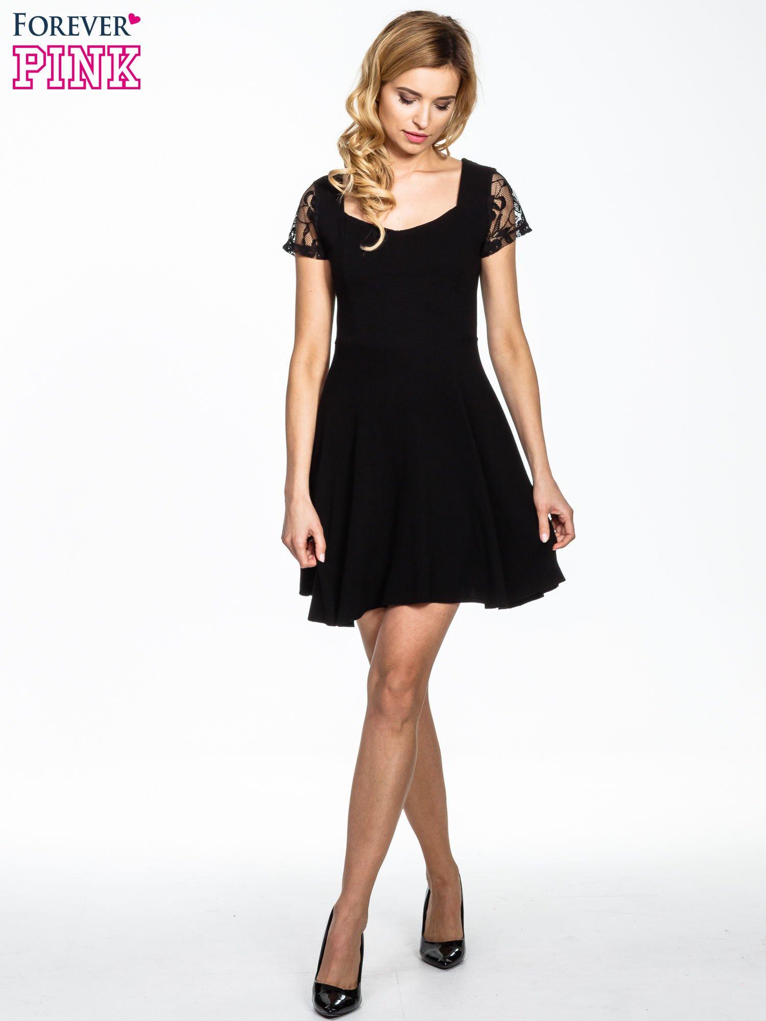 Czarna rozkloszowana sukienka z koronkowymi rękawami                                  zdj.                                  2