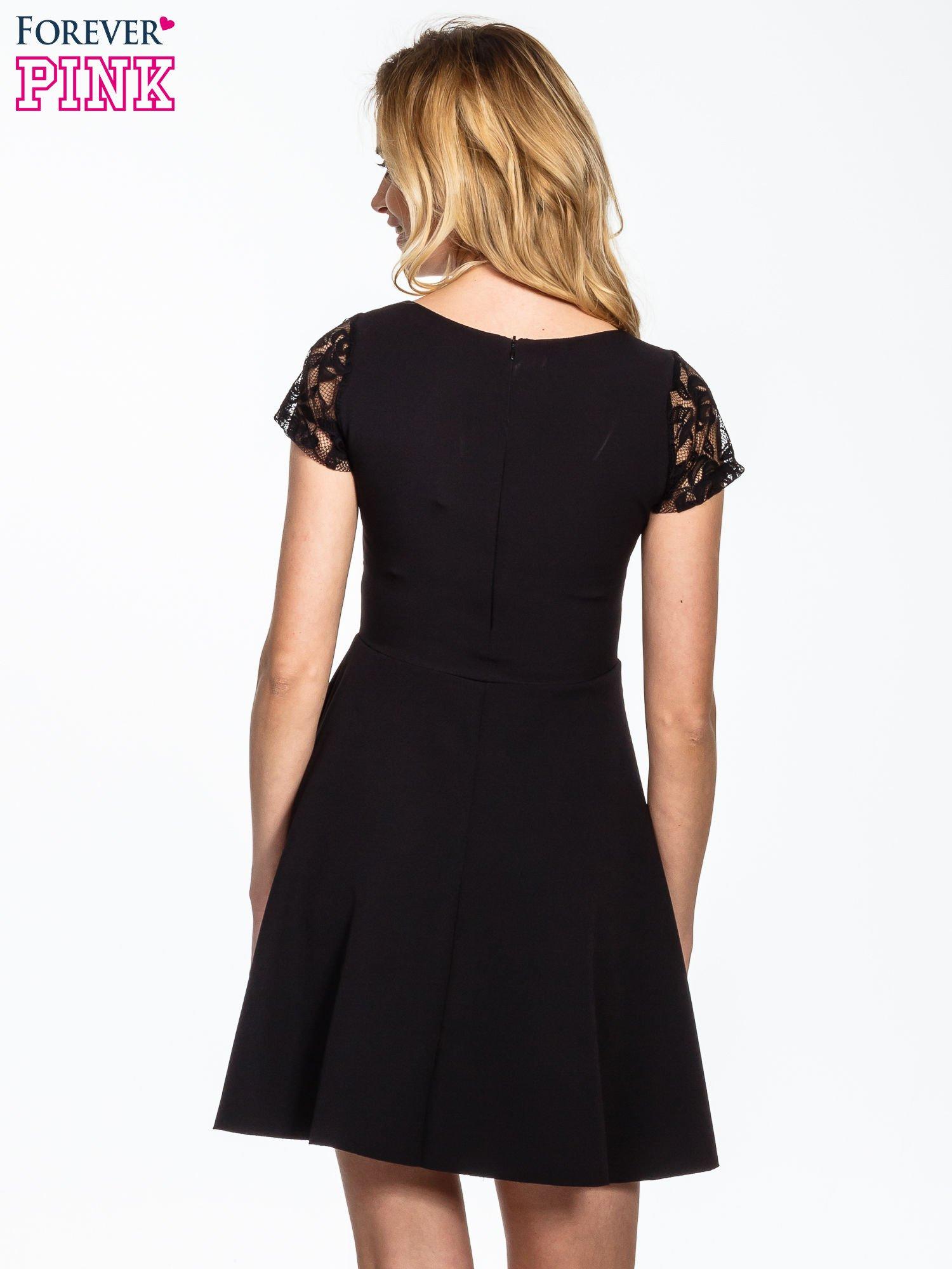Czarna rozkloszowana sukienka z kwadratowym dekoltem                                  zdj.                                  4