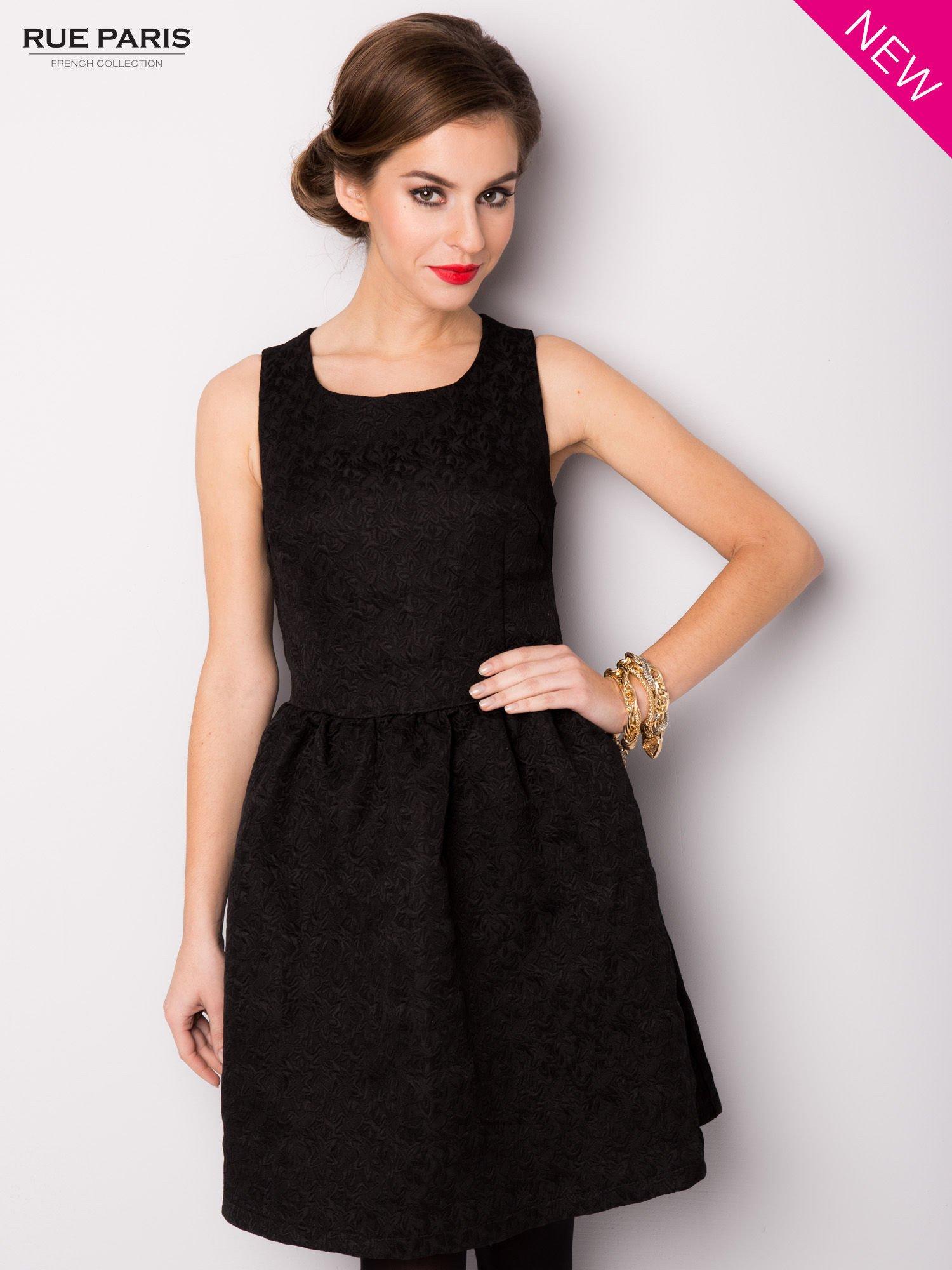 Czarna rozkloszowana sukienka z żakardowego materiału                                  zdj.                                  3