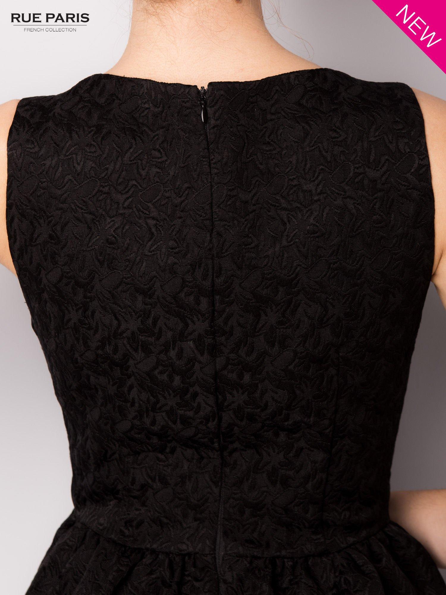Czarna rozkloszowana sukienka z żakardowego materiału                                  zdj.                                  7