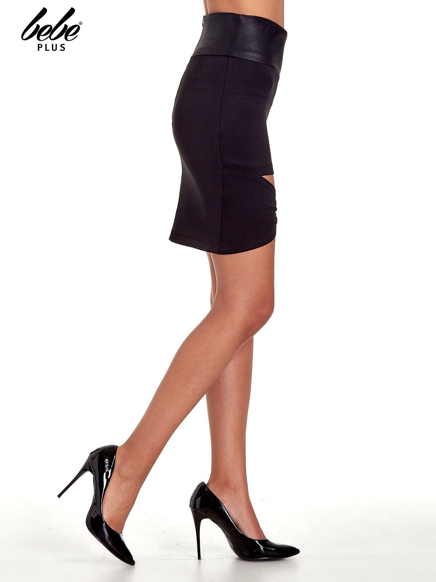 Czarna spódnica mini ze złotą klamrą                                  zdj.                                  3