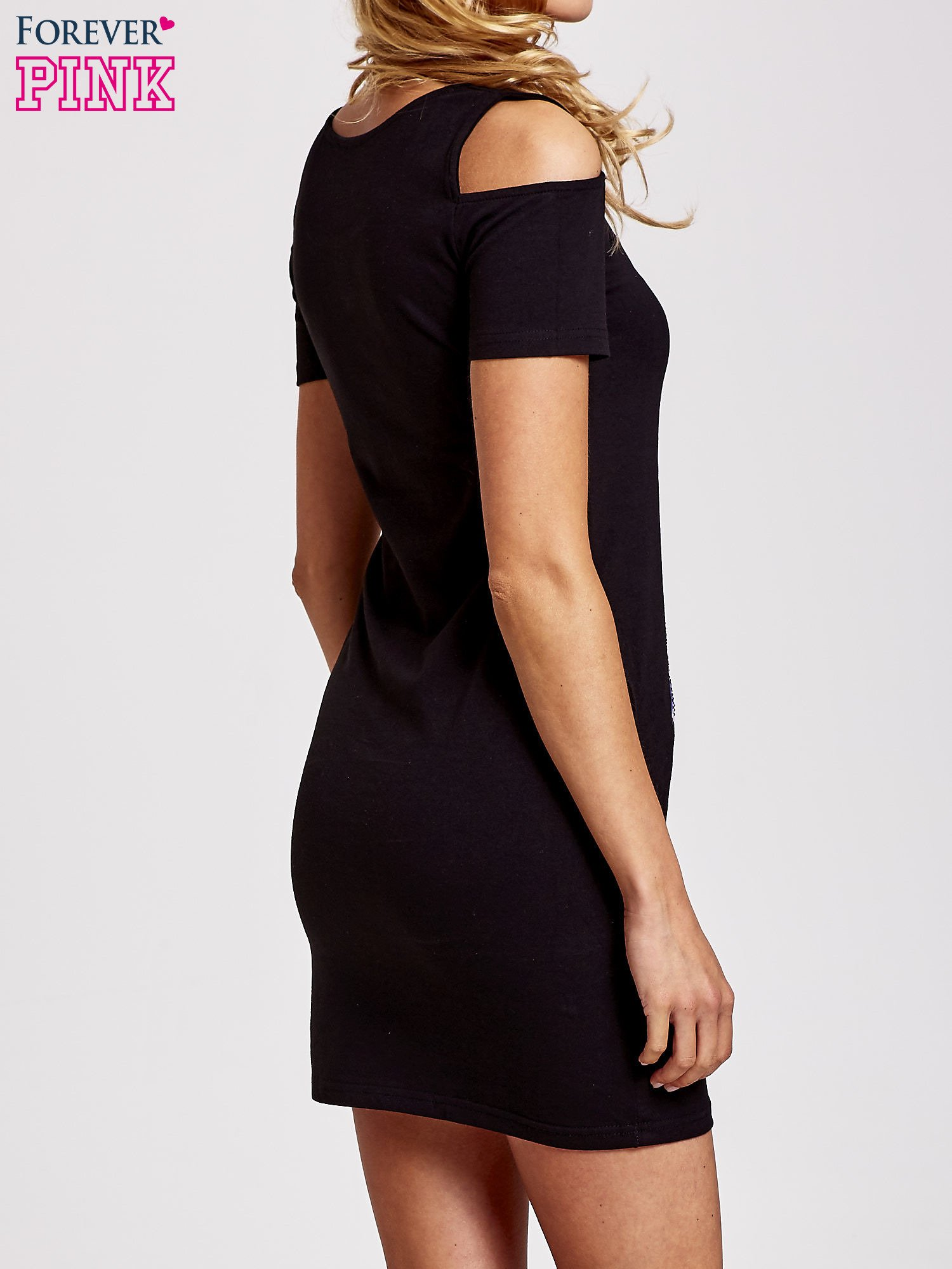 Czarna sukienka dresowa cut out shoulder z nadrukiem dziewczyny                                  zdj.                                  2