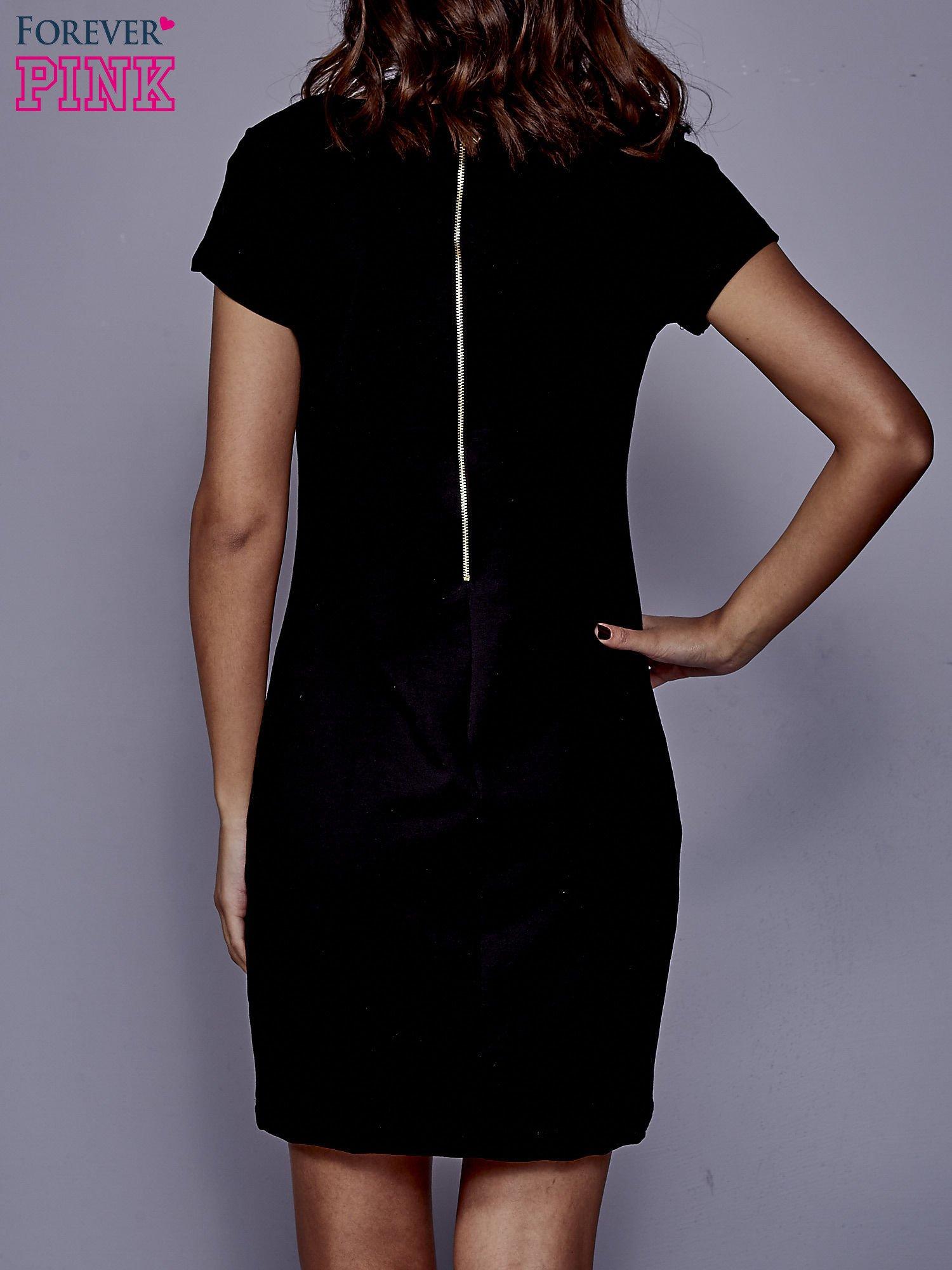 Czarna sukienka dresowa o prostym kroju                                  zdj.                                  4