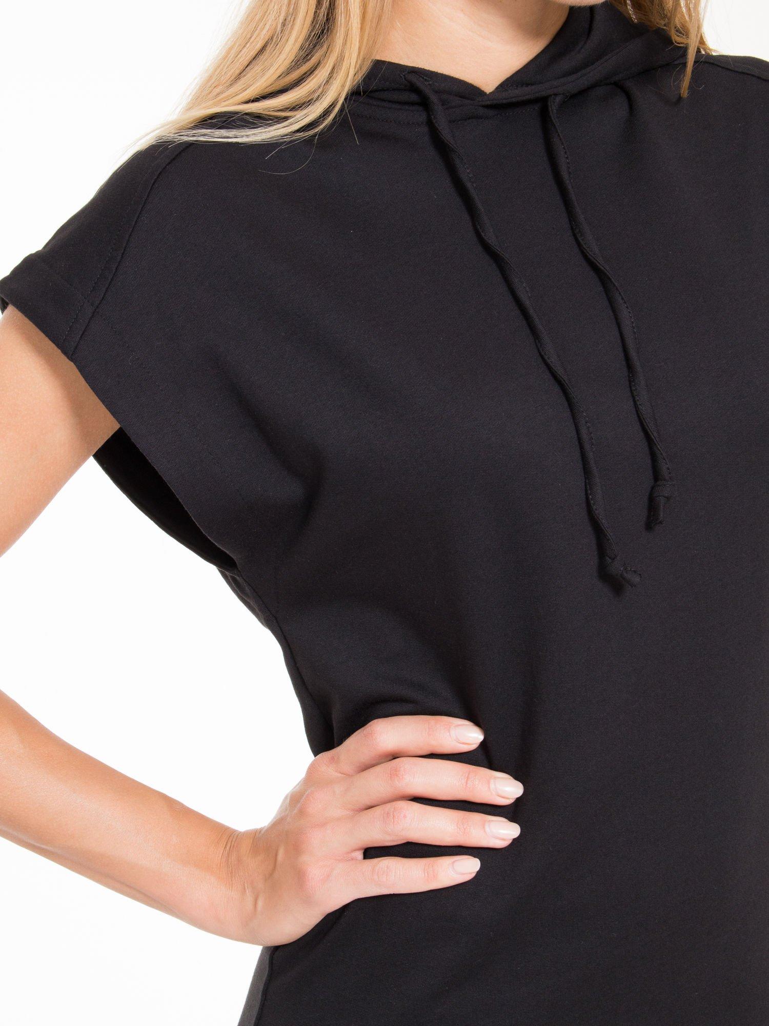 Czarna sukienka dresowa z falbaną na dole                                  zdj.                                  8