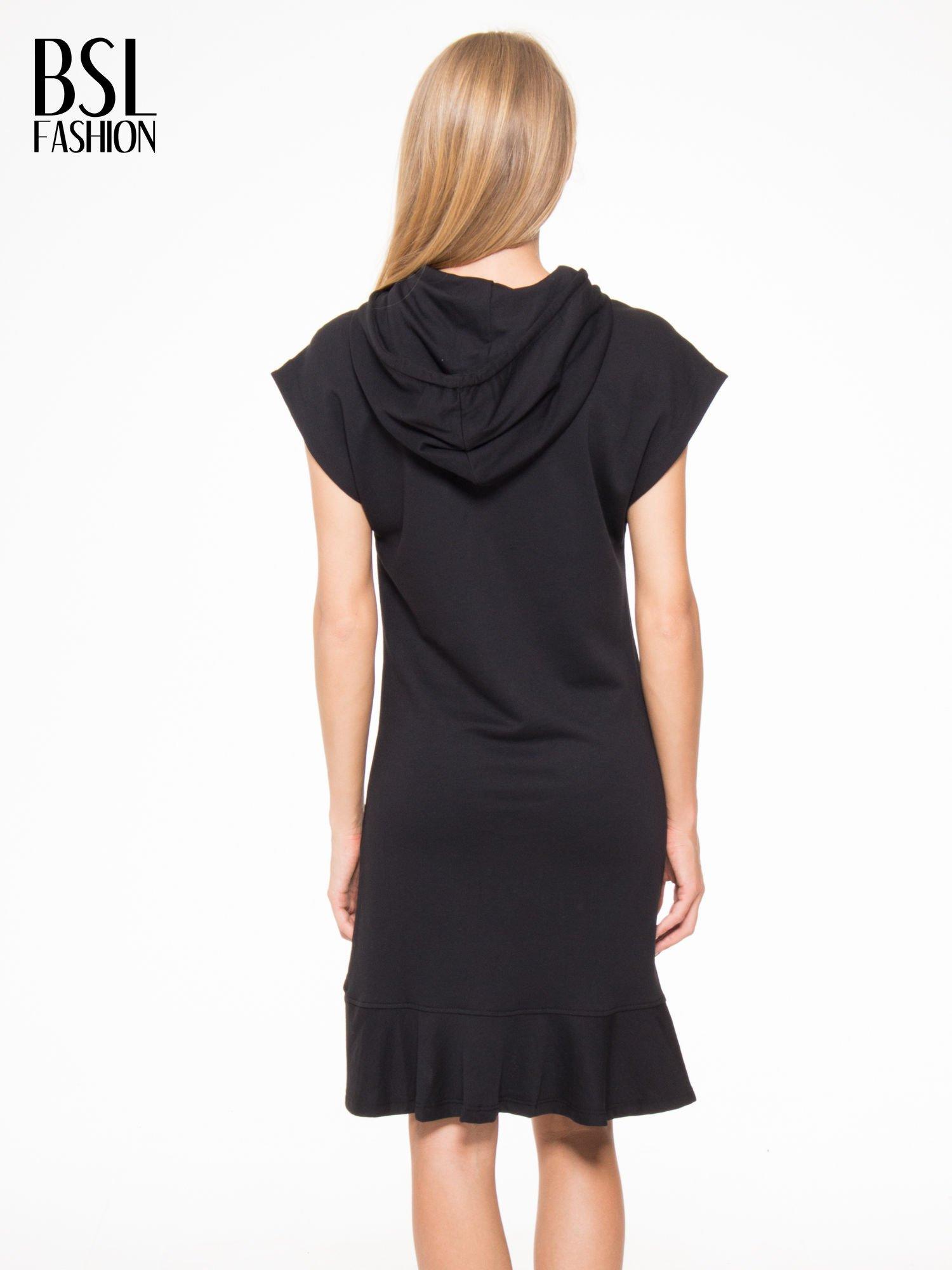 Czarna sukienka dresowa z falbaną na dole                                  zdj.                                  4