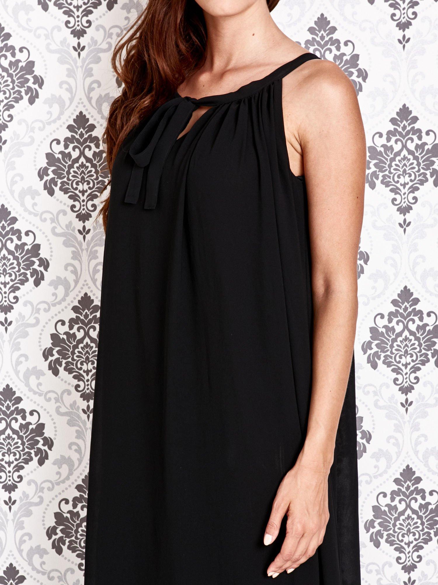 Czarna sukienka maxi z wiązaniem przy dekolcie                                  zdj.                                  5