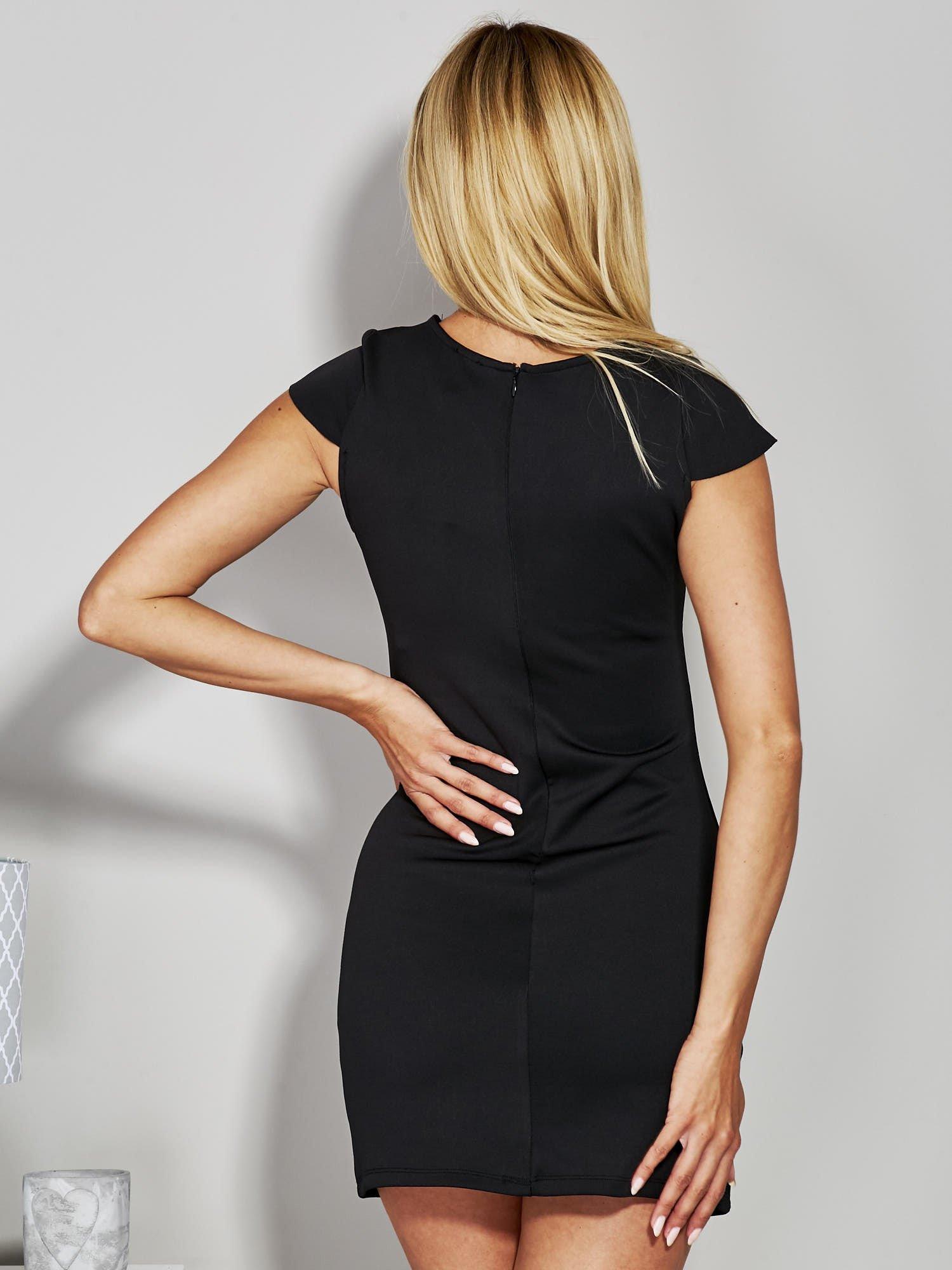 Czarna sukienka tuba ze skórzanymi wstawkami                                  zdj.                                  3