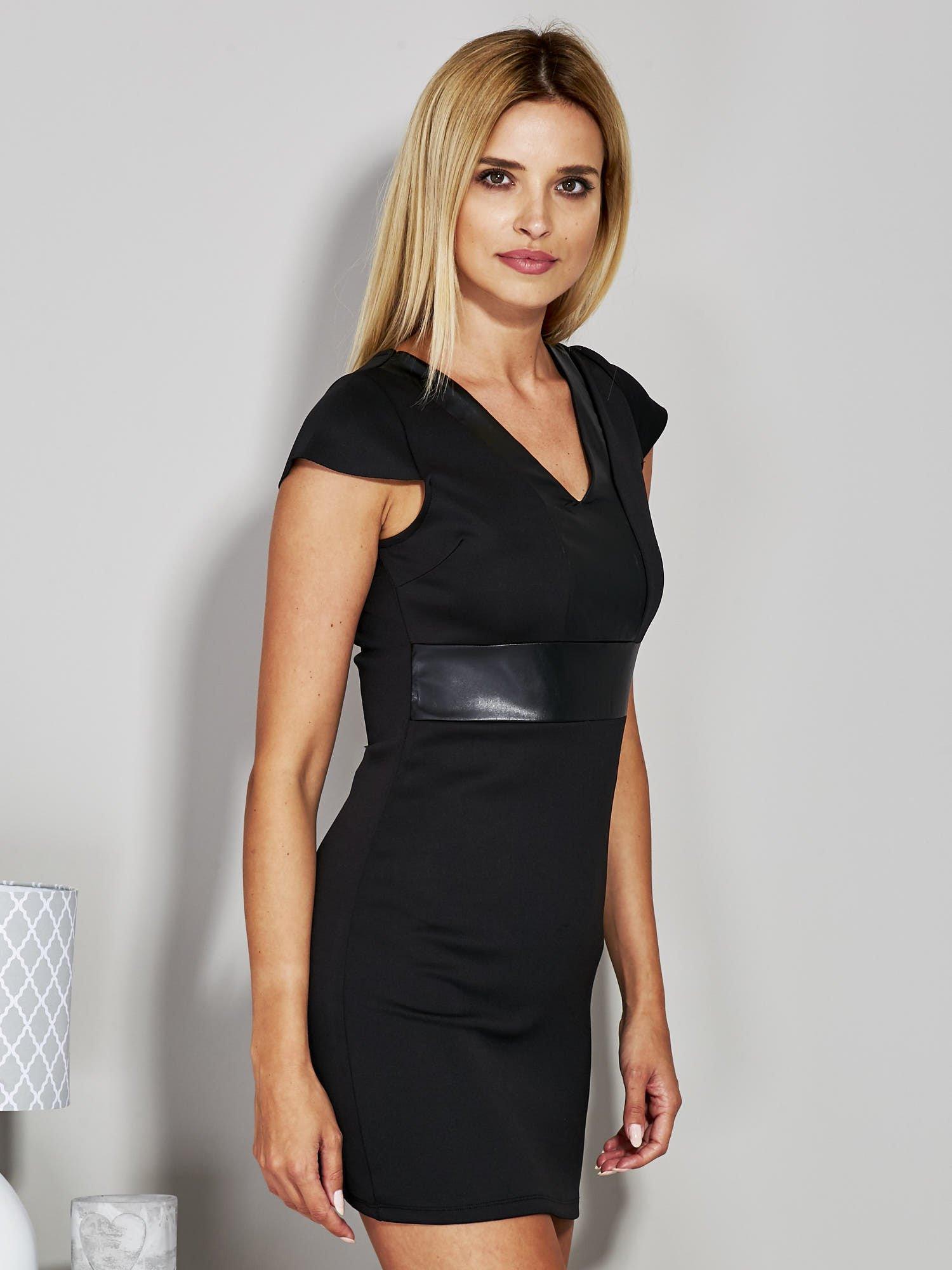 Czarna sukienka tuba ze skórzanymi wstawkami                                  zdj.                                  2