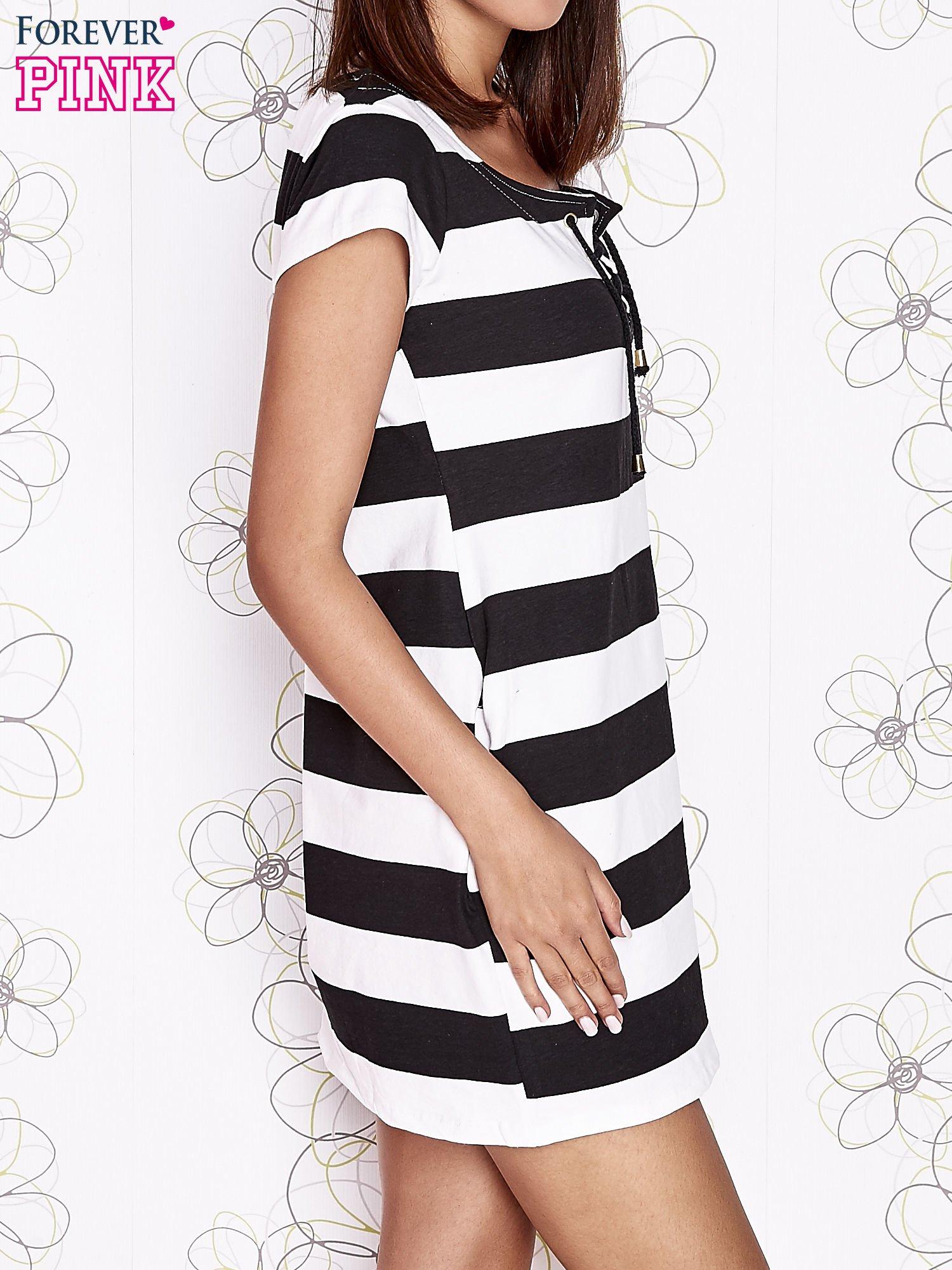 Czarna sukienka w paski ze sznurowanym dekoltem                                  zdj.                                  4