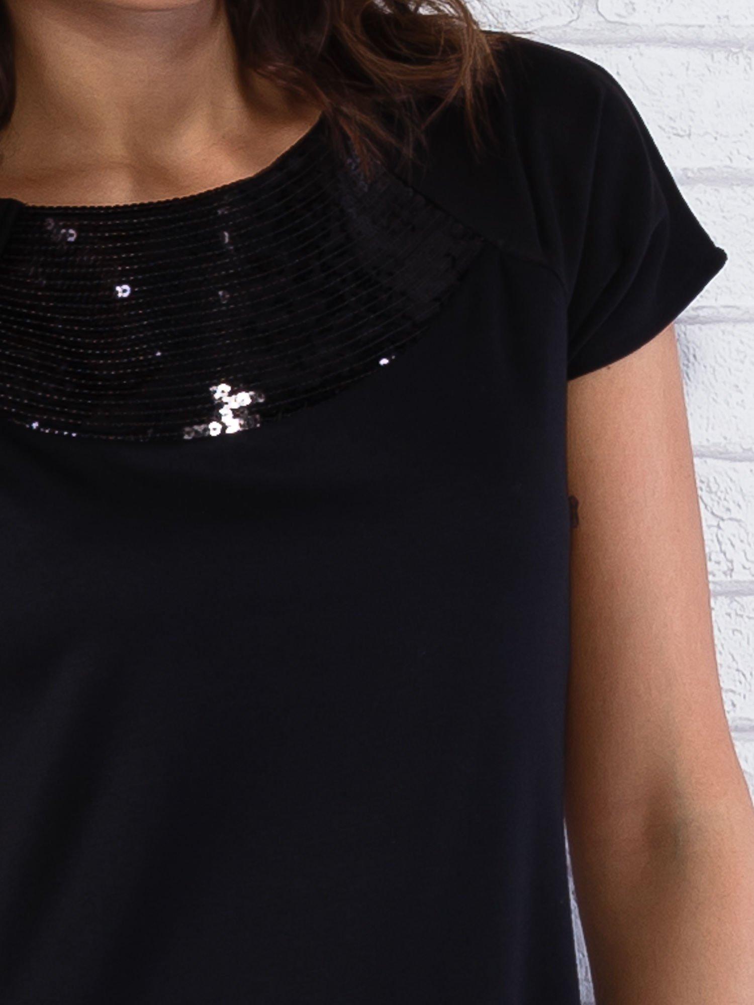 Czarna sukienka z cekinowym wykończeniem przy dekolcie                                  zdj.                                  5