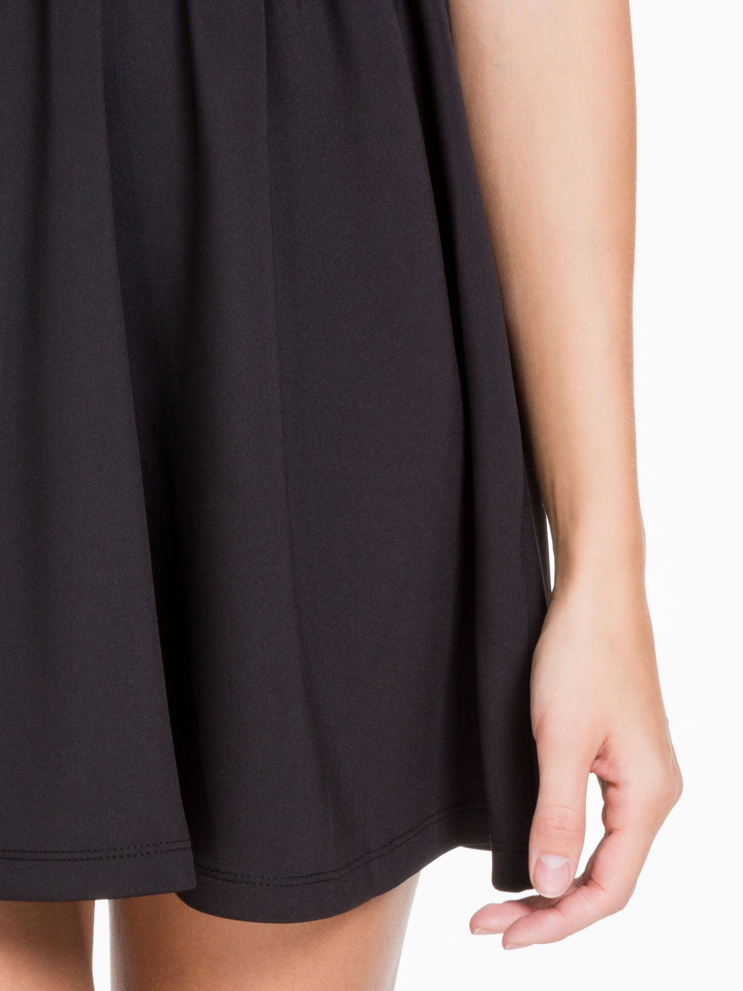 Czarna sukienka z dekoltem cut out i złotym zipem                                  zdj.                                  5