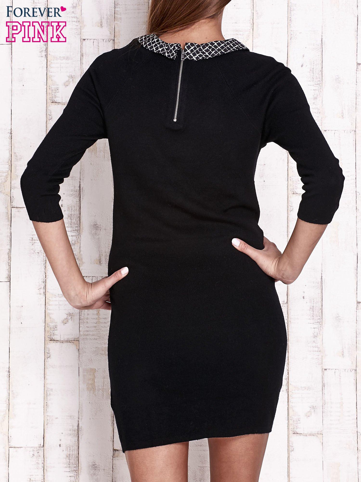 Czarna sukienka z graficznym kołnierzykiem                                   zdj.                                  4