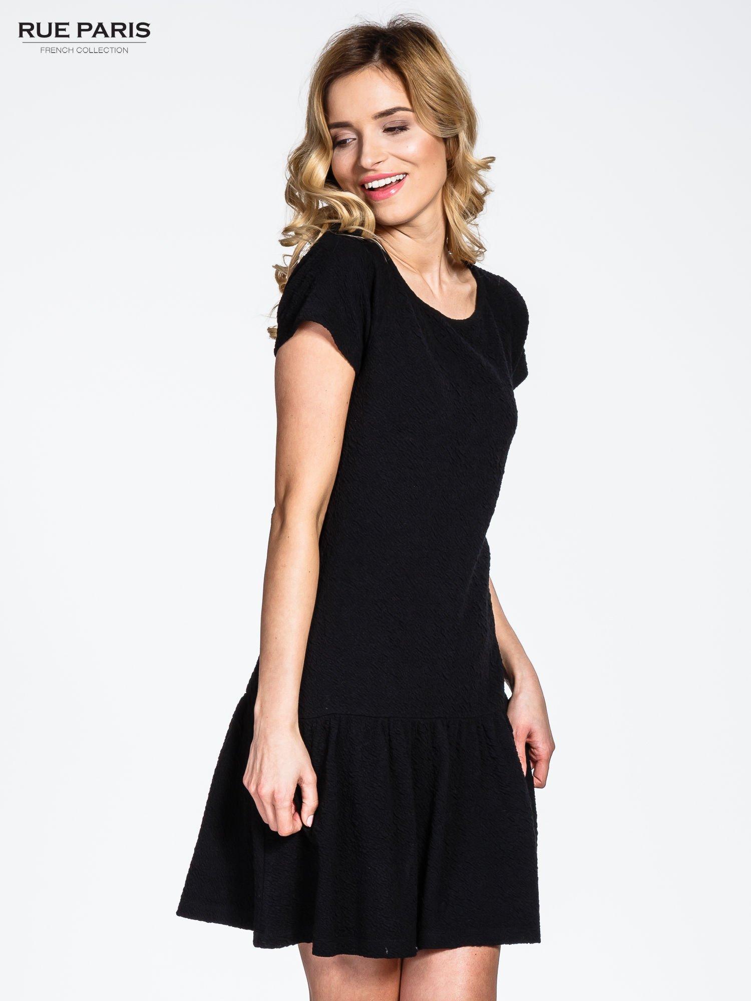 Czarna sukienka z obniżoną talią i falbaną na dole                                  zdj.                                  1