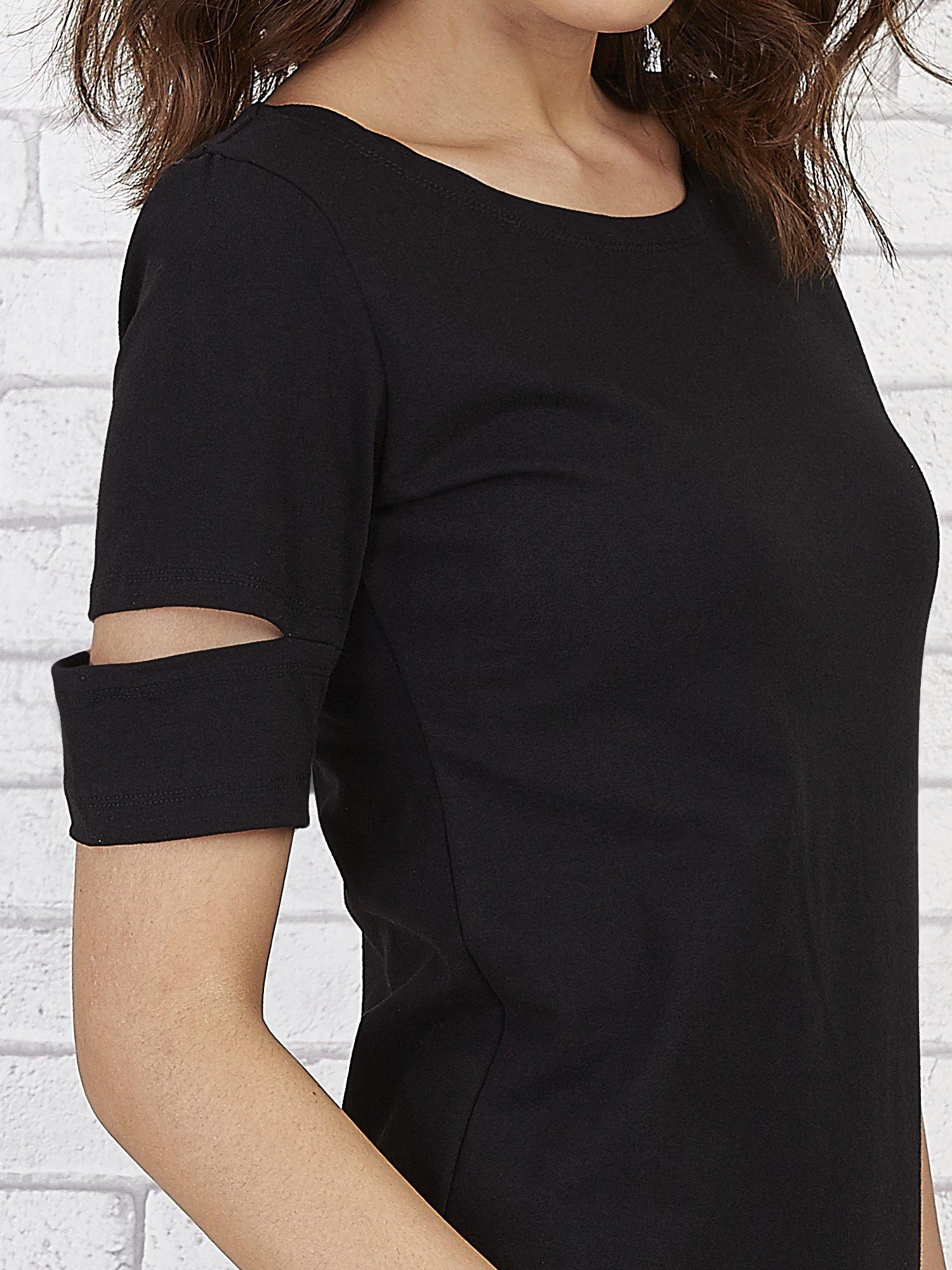 Czarna sukienka z rozcięciami na rękawach                                  zdj.                                  5