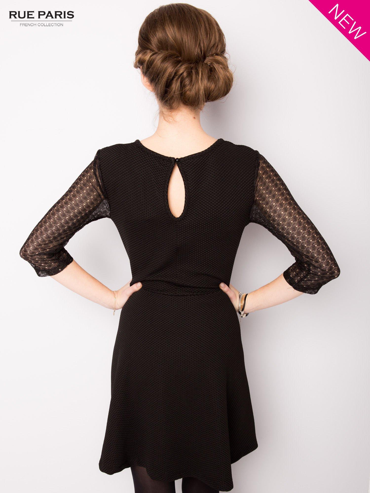 Czarna sukienka z transparentnym głębokim dekoltem                                  zdj.                                  4