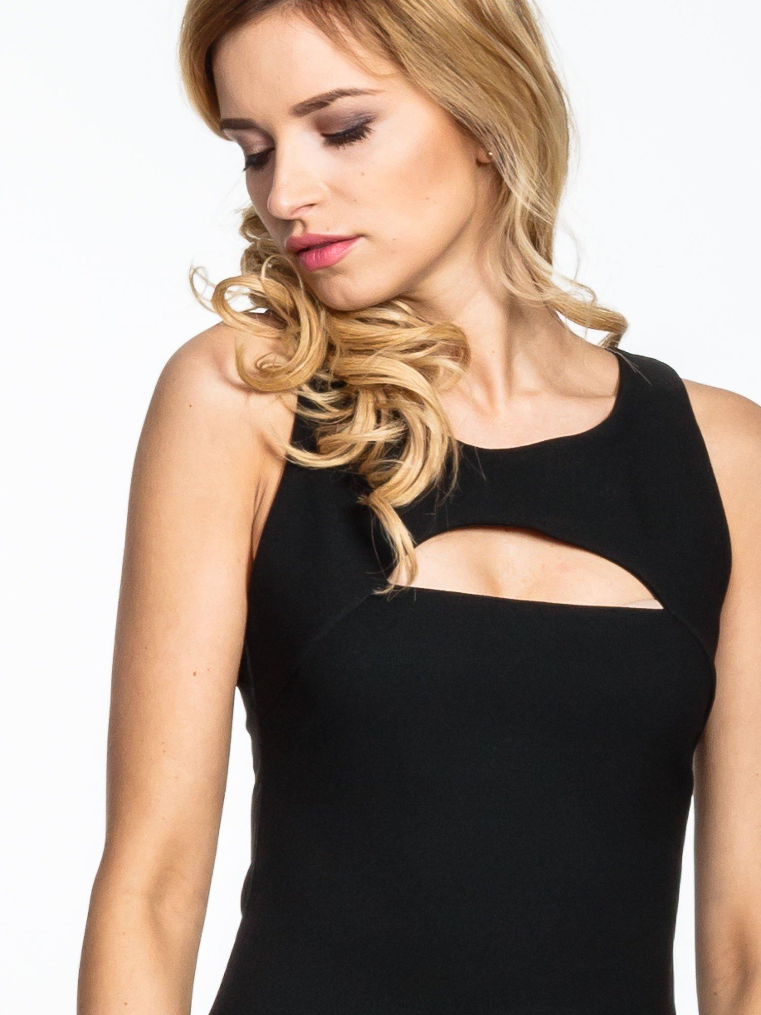 Czarna sukienka z wycięciem na dekolcie                                  zdj.                                  5