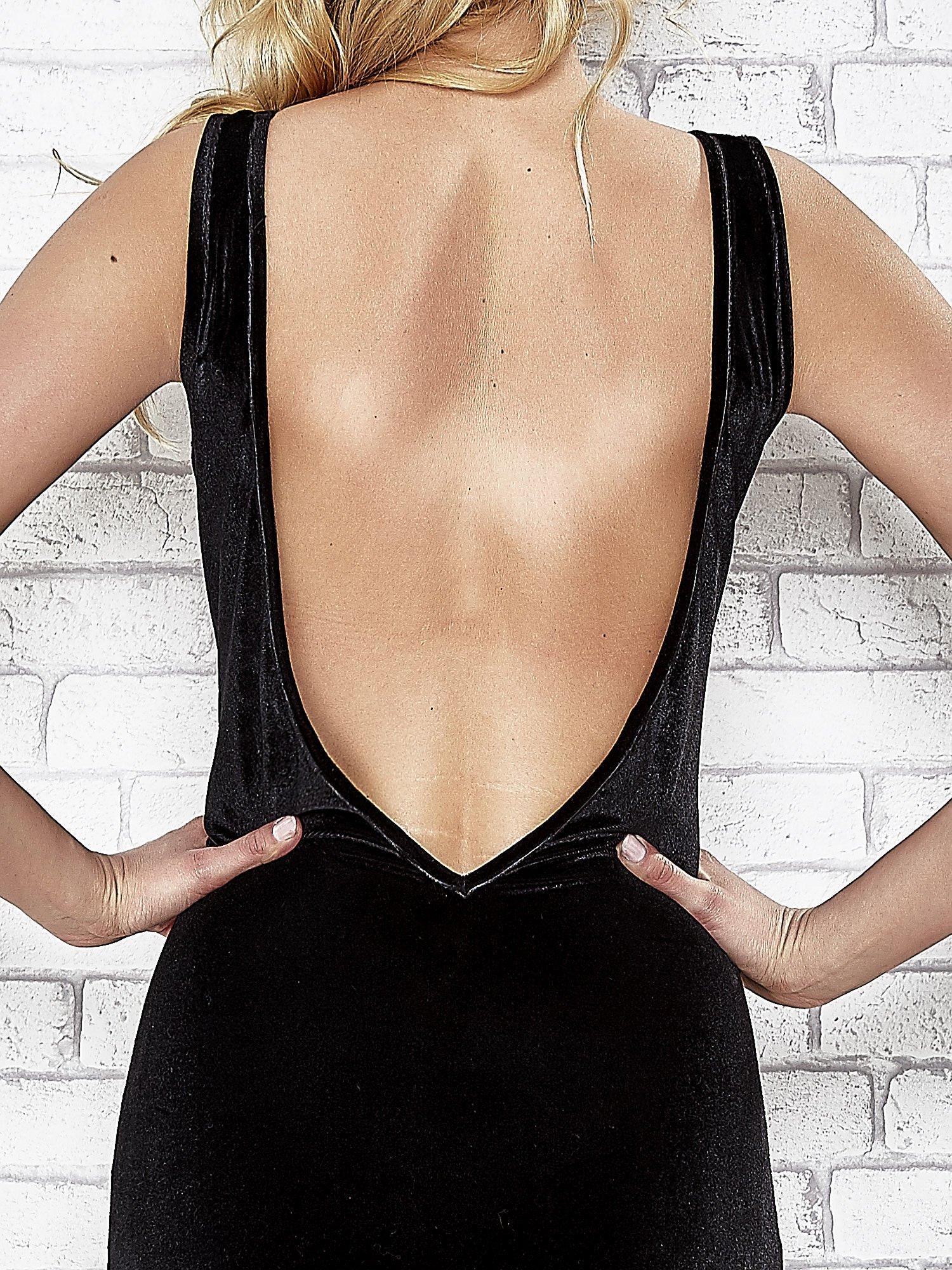Czarna welurowa sukienka z głębokim dekoltem na plecach                                  zdj.                                  5