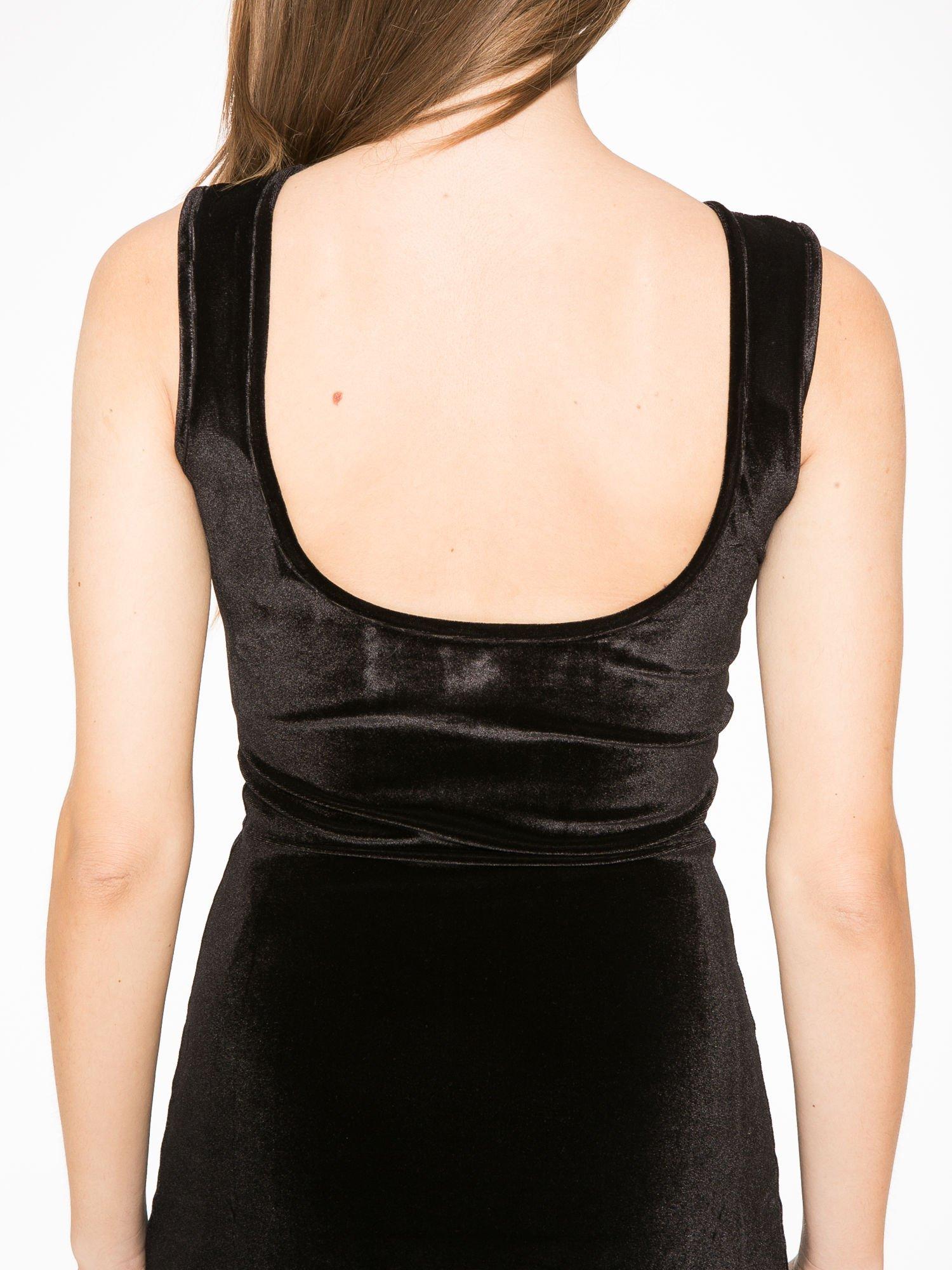 Czarna welurowa sukienka z głębokim tiulowym dekoltem                                  zdj.                                  6