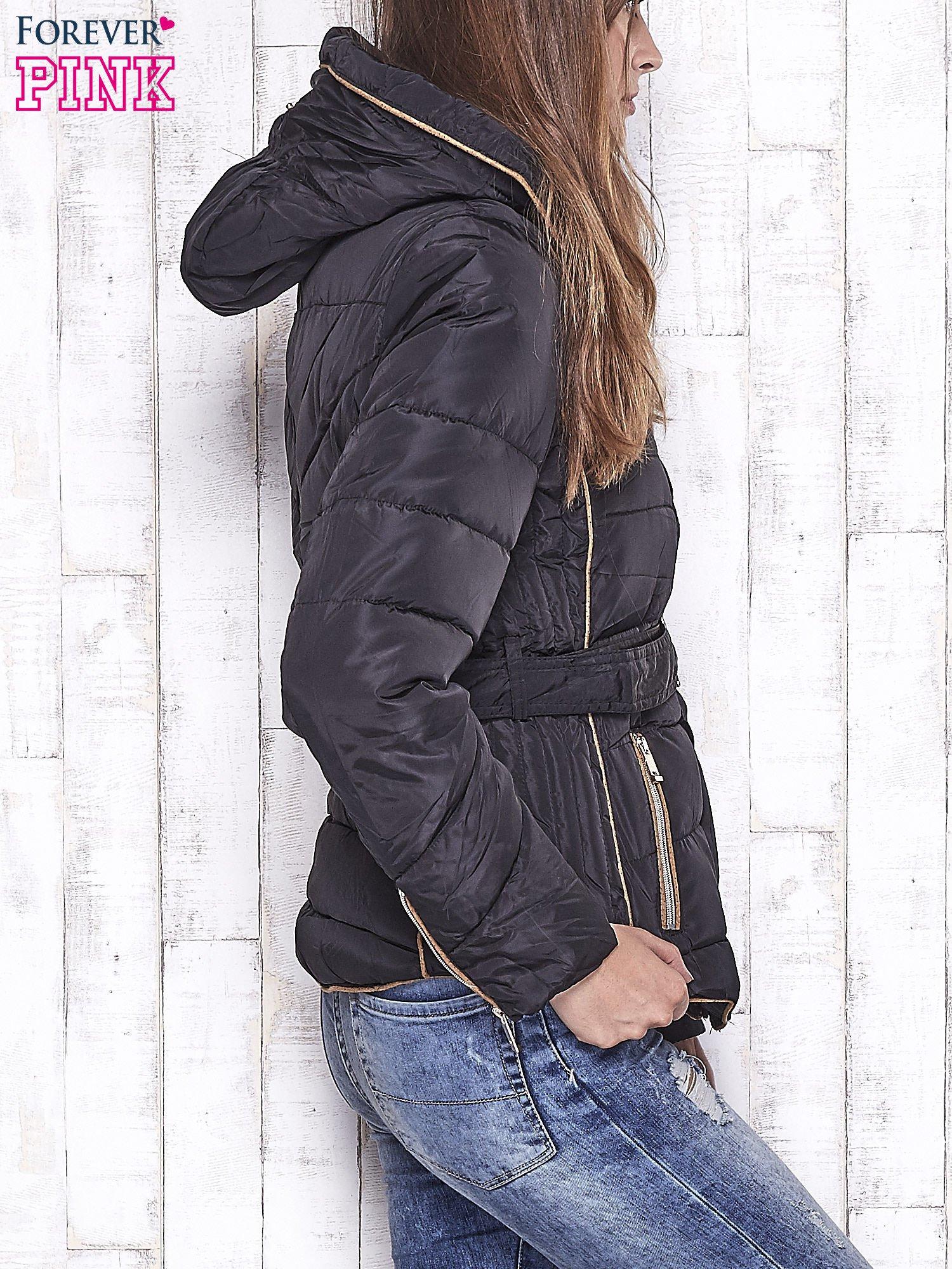 Czarna zimowa kurtka z futrzanym kapturem i paskiem                                  zdj.                                  3