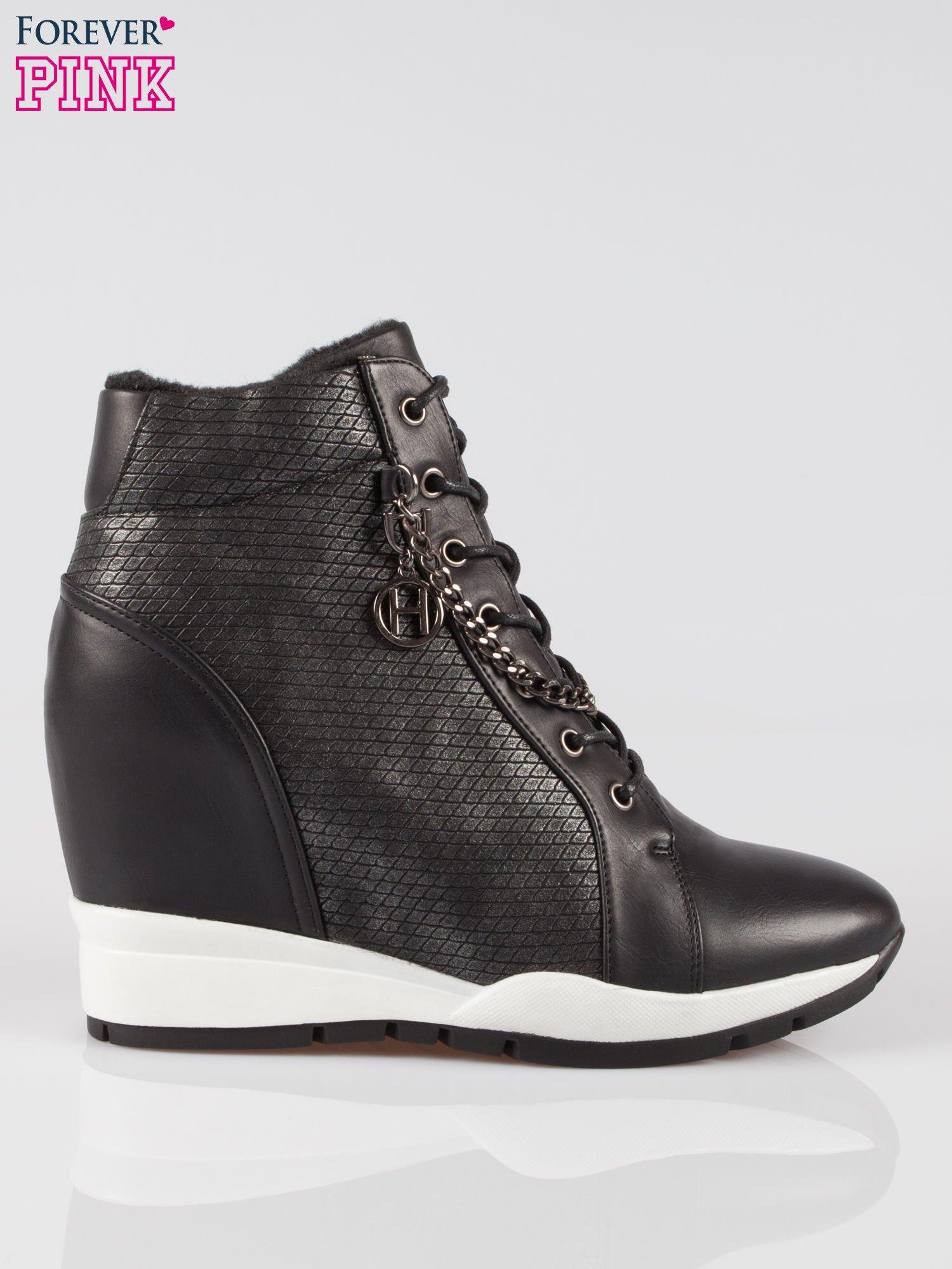 Czarne błyszczące sneakersy z łańcuszkiem                                  zdj.                                  1