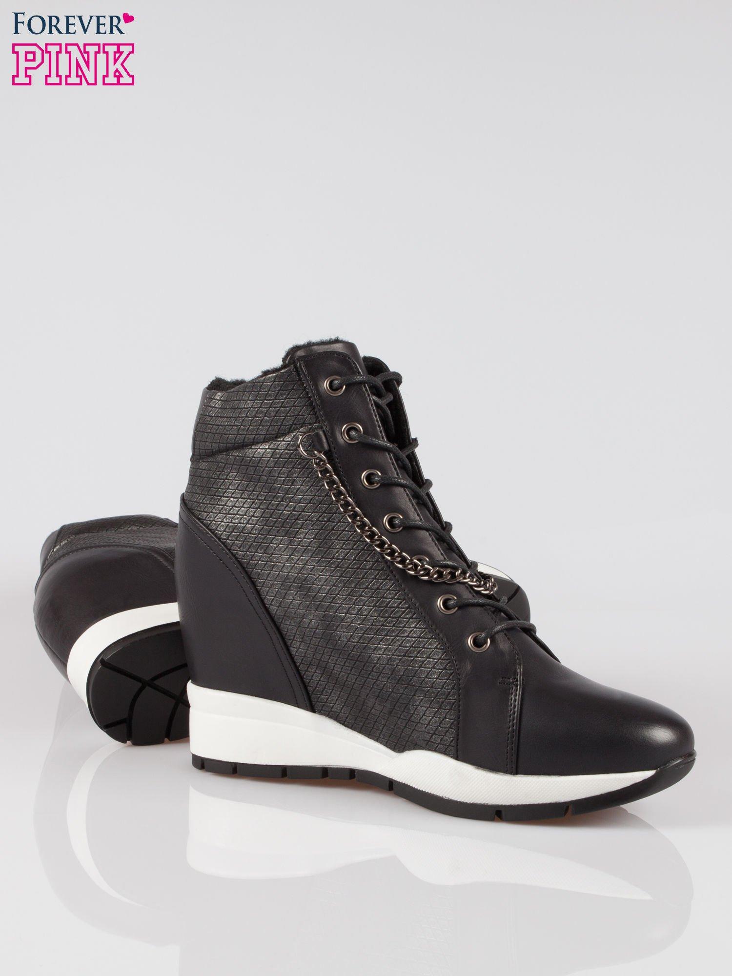 Czarne błyszczące sneakersy z łańcuszkiem                                  zdj.                                  4