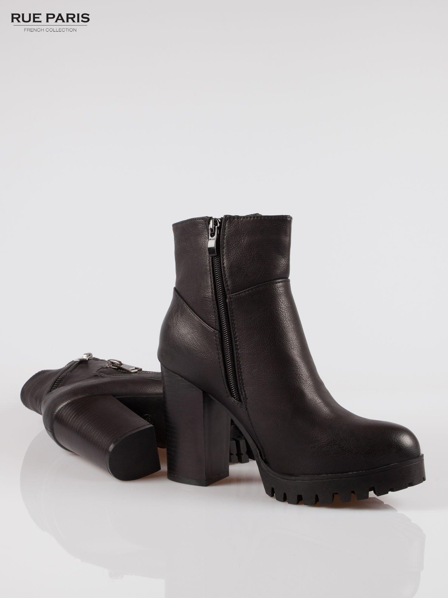 Czarne botki na słupku z zamkami w stylu biker boots                                  zdj.                                  4