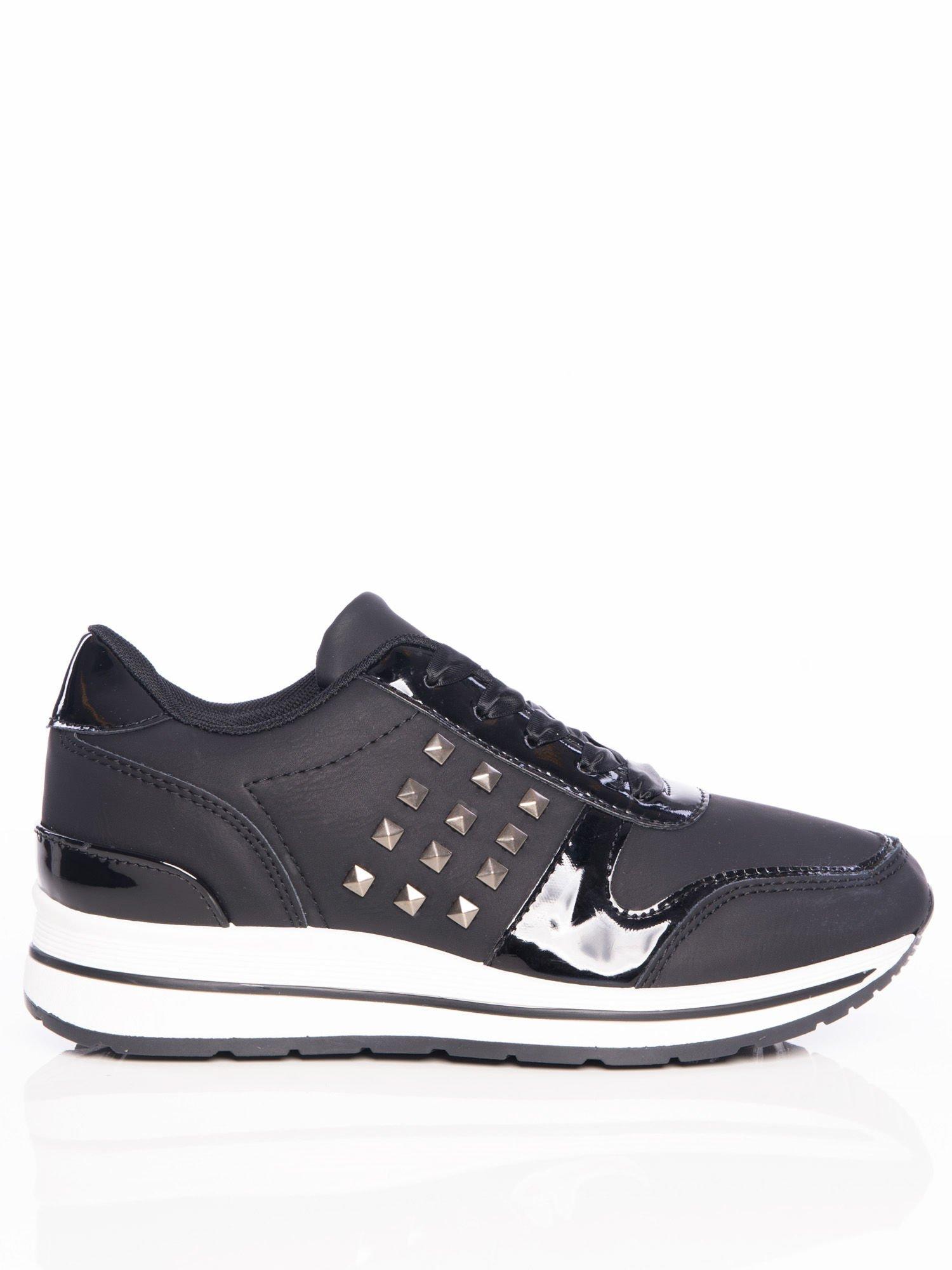 Czarne buty sportowe z lakierowanymi wstawkami i atłasowymi sznurówkami