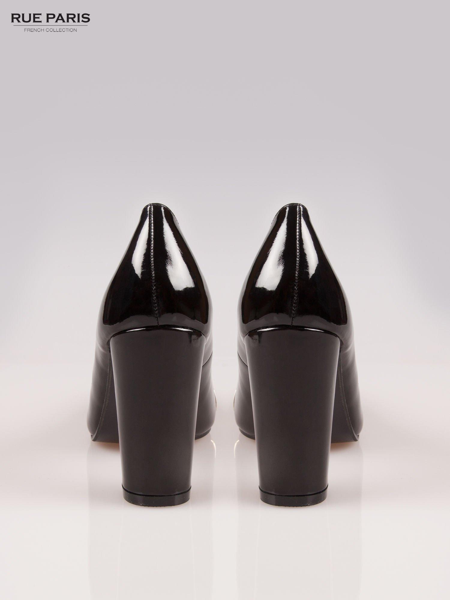 Czarne czółenka na słupku z metalowym detalem przy nosku                                  zdj.                                  3