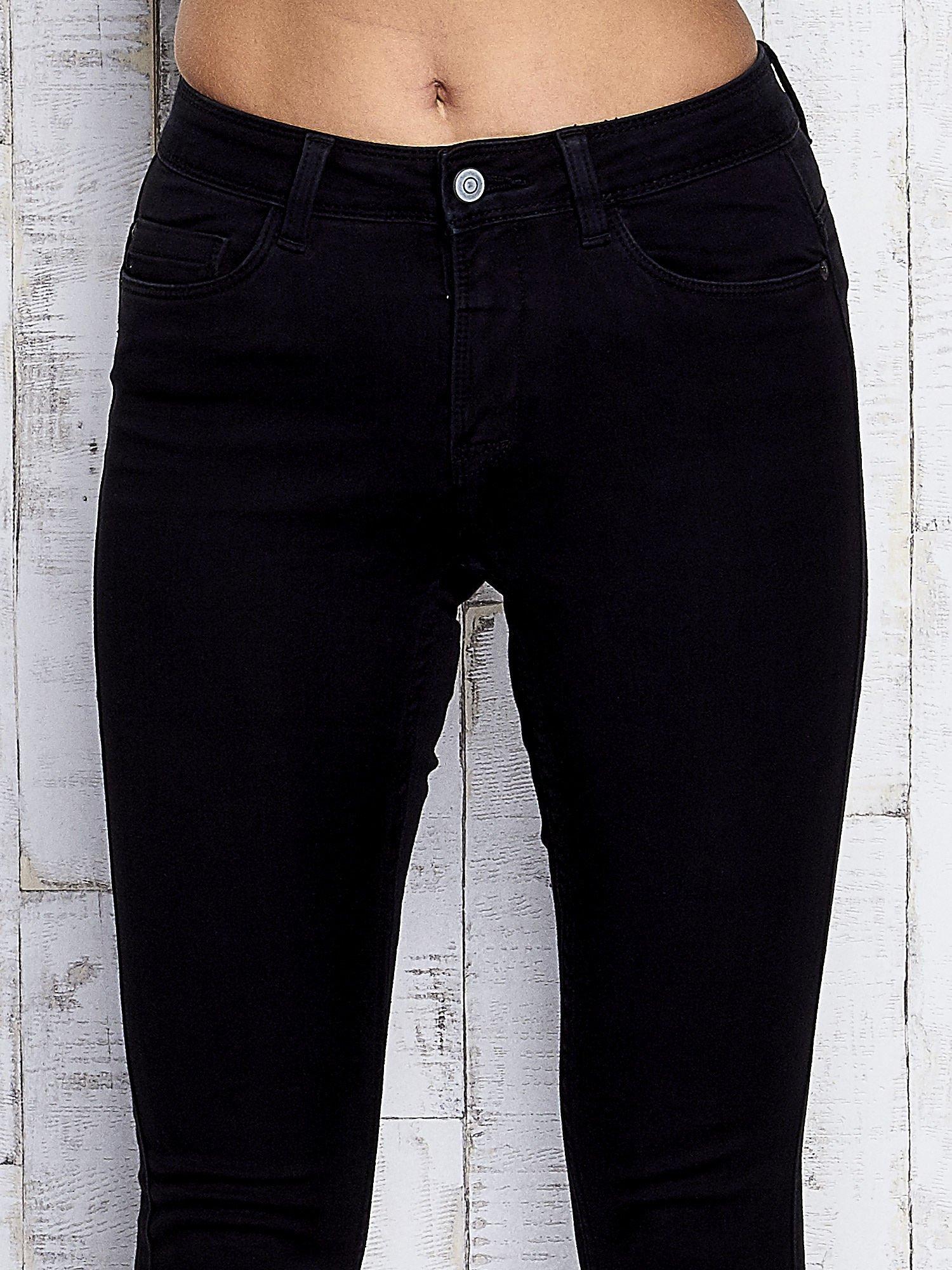 Czarne dopasowane spodnie jeansowe                                  zdj.                                  4