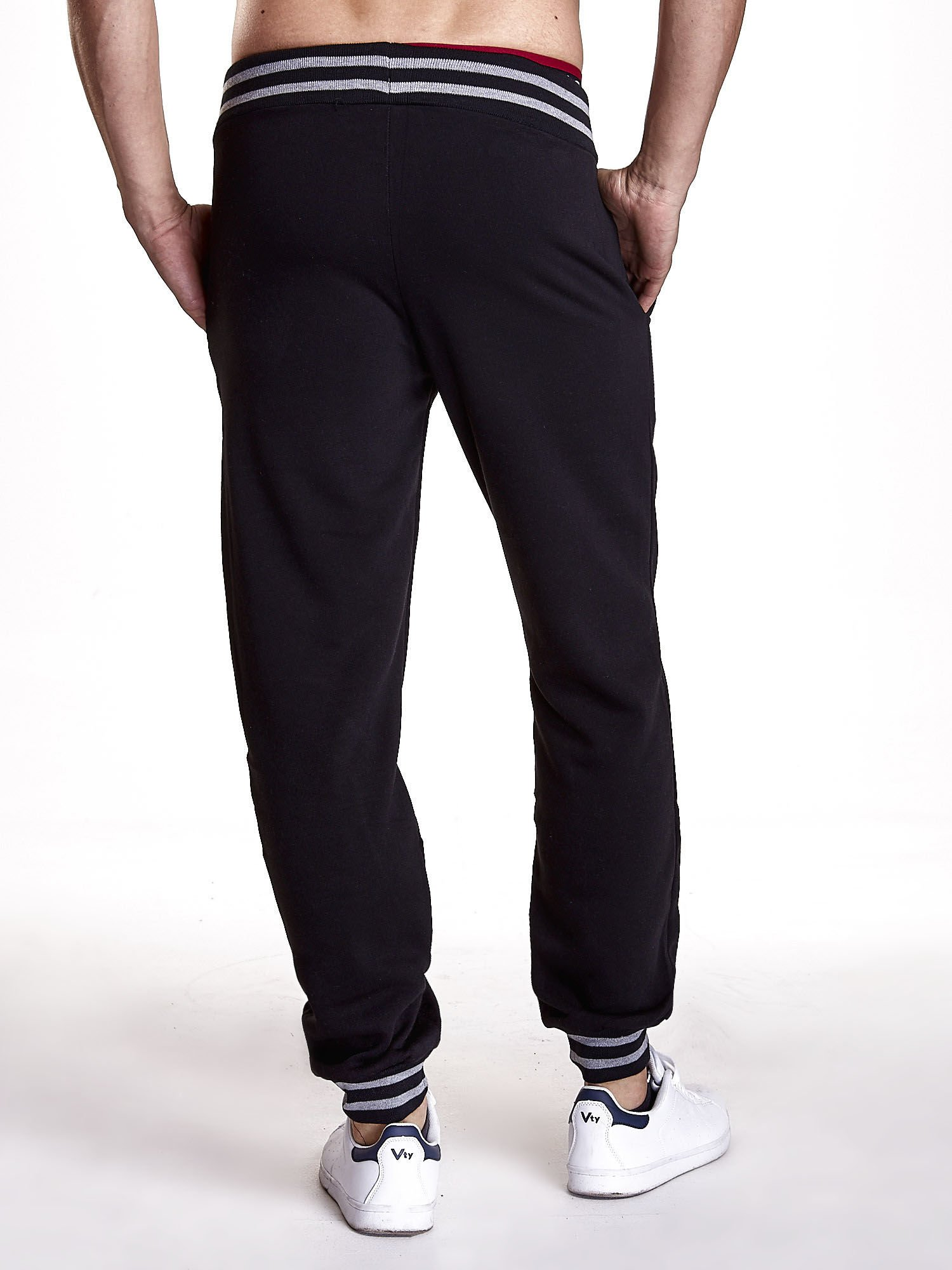 Czarne dresowe spodnie męskie z naszywkami i kieszeniami                                  zdj.                                  3