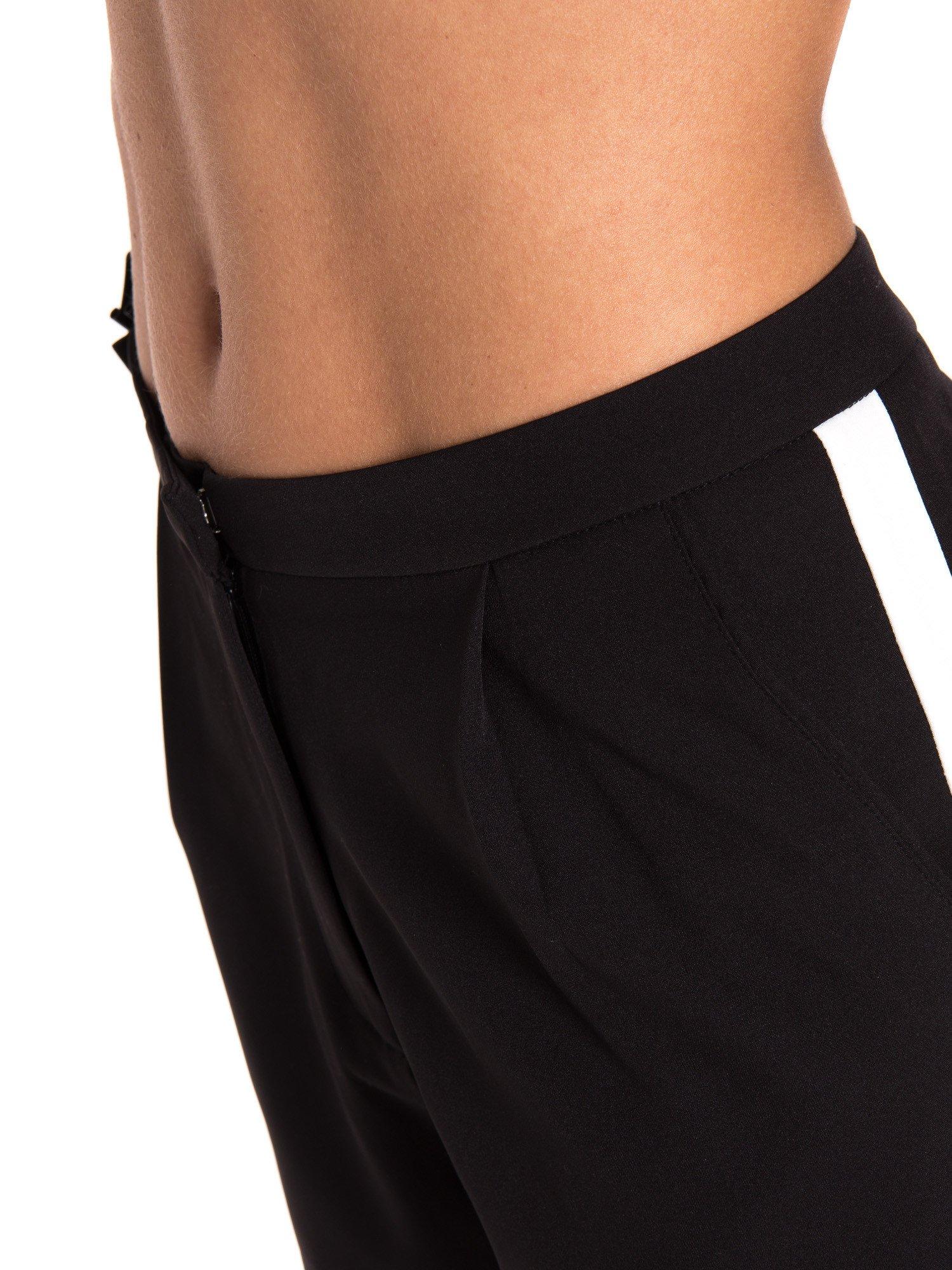 Czarne eleganckie szorty z kontrastowym lampasem                                  zdj.                                  6