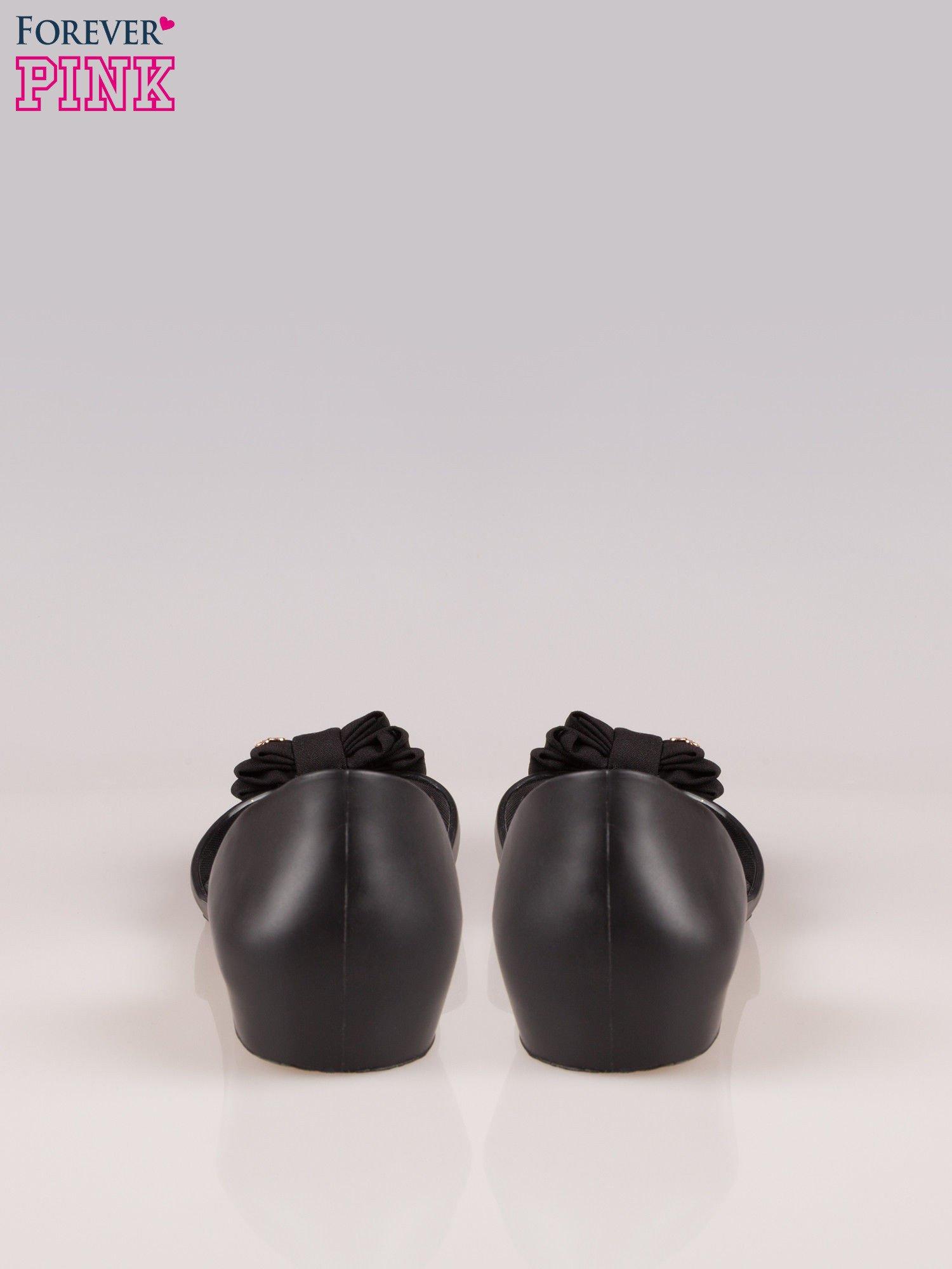 Czarne gumowe baleriny peep toe z materiałową kokardką                                  zdj.                                  3