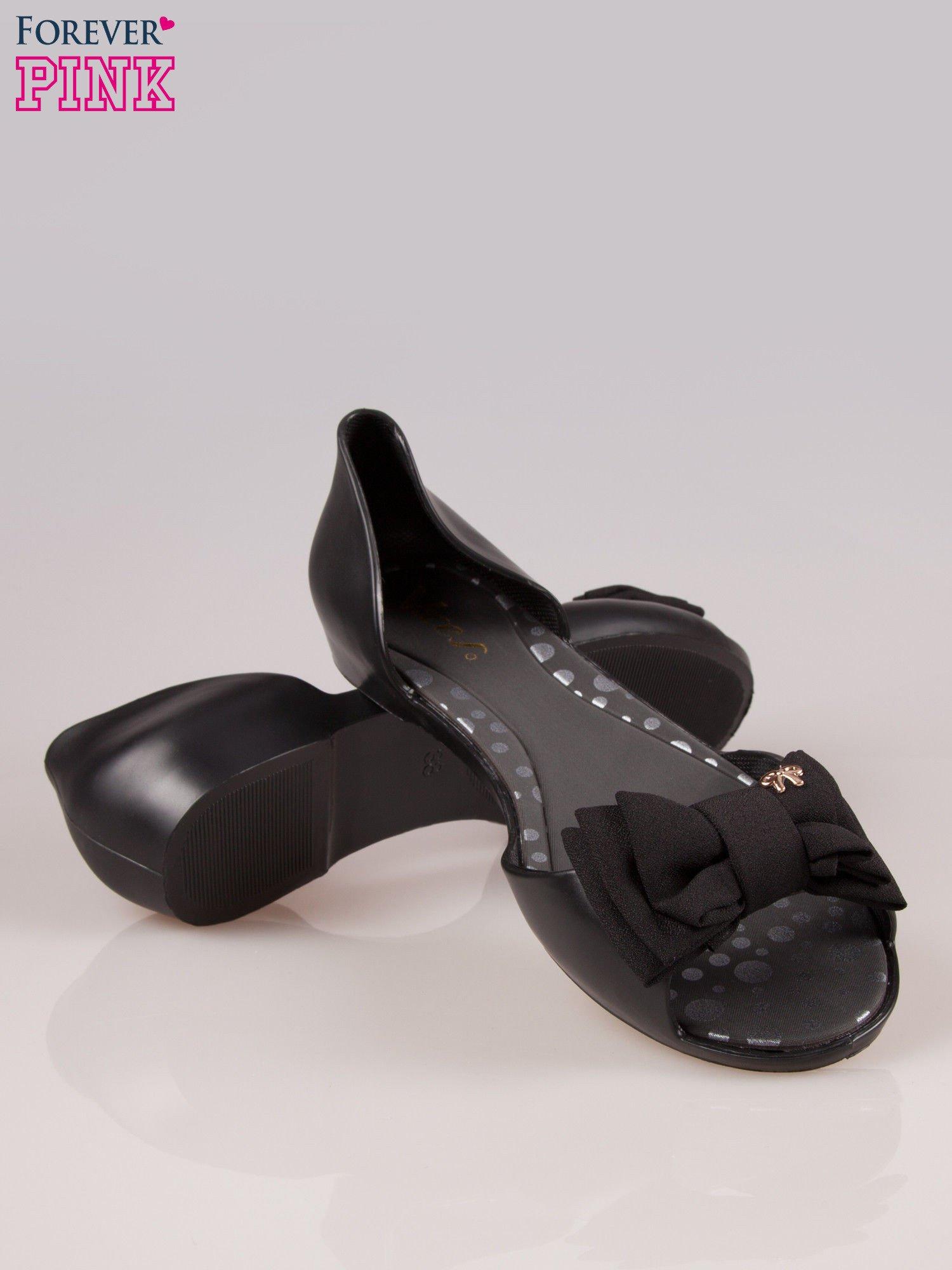 Czarne gumowe baleriny peep toe z materiałową kokardką                                  zdj.                                  4
