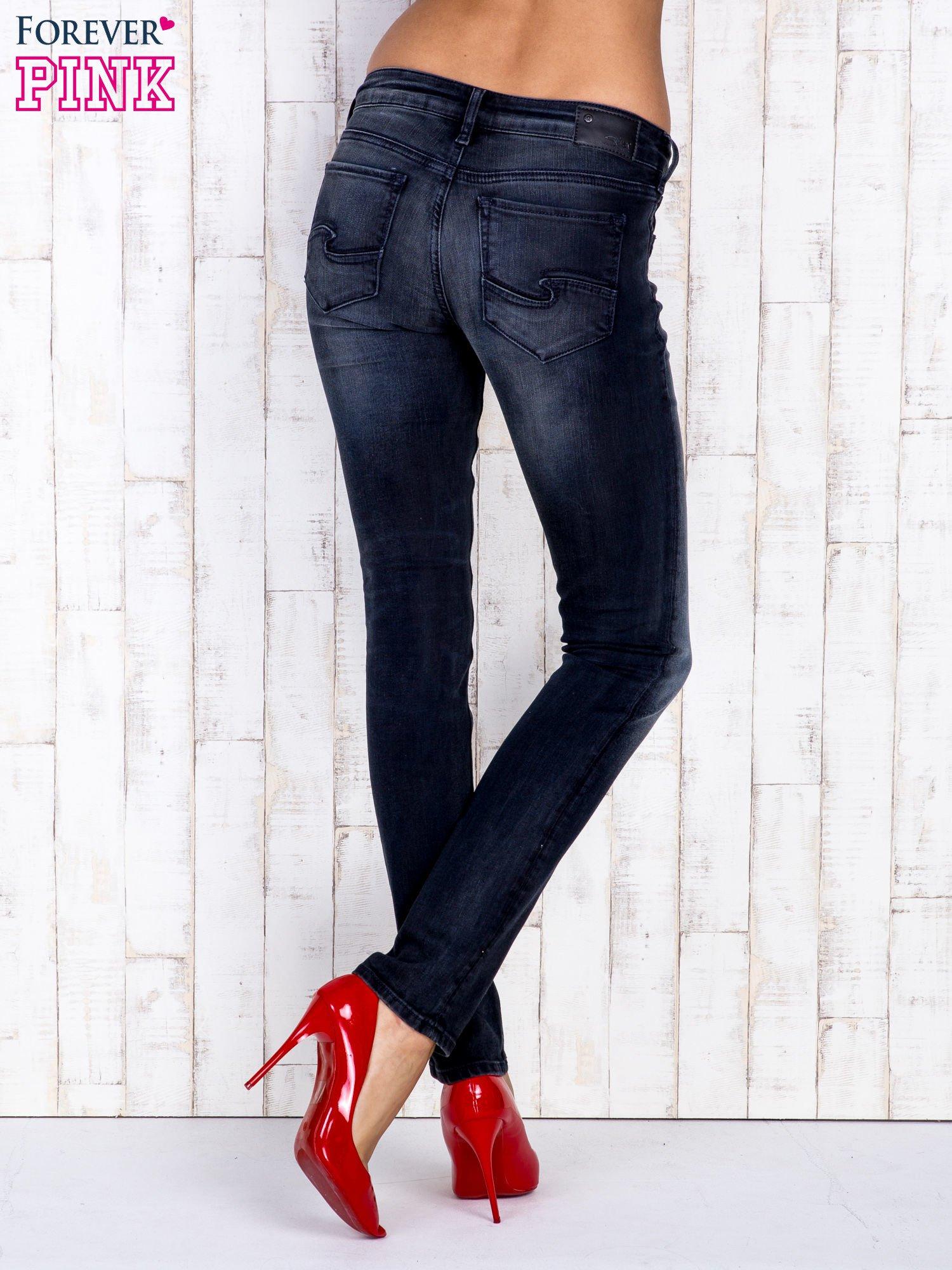 Czarne jeansowe spodnie rurki z kieszeniami i przetarciami                                  zdj.                                  3