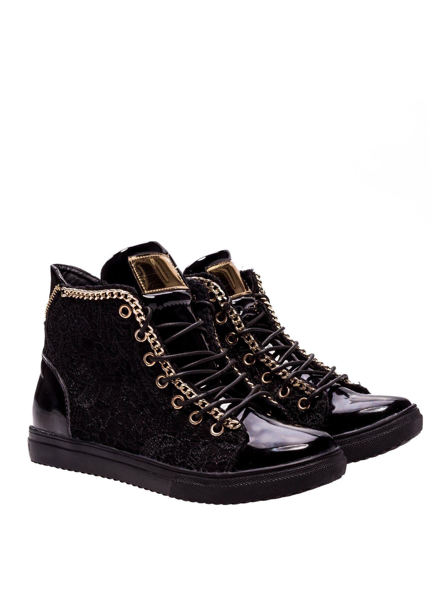 Czarne koronkowe sneakersy z łańcuszkiem                                  zdj.                                  2