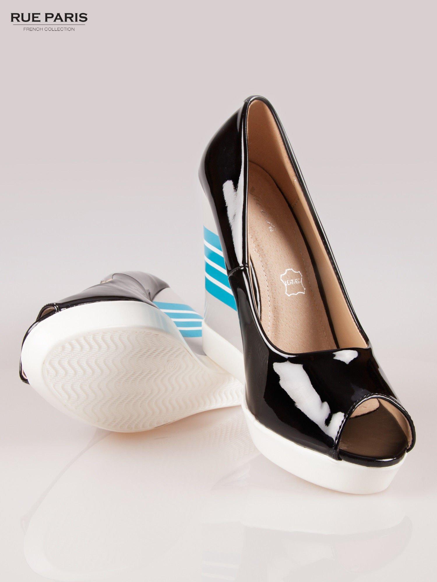 Czarne lakierowane buty peep toe na wzorzystym koturnie                                  zdj.                                  4