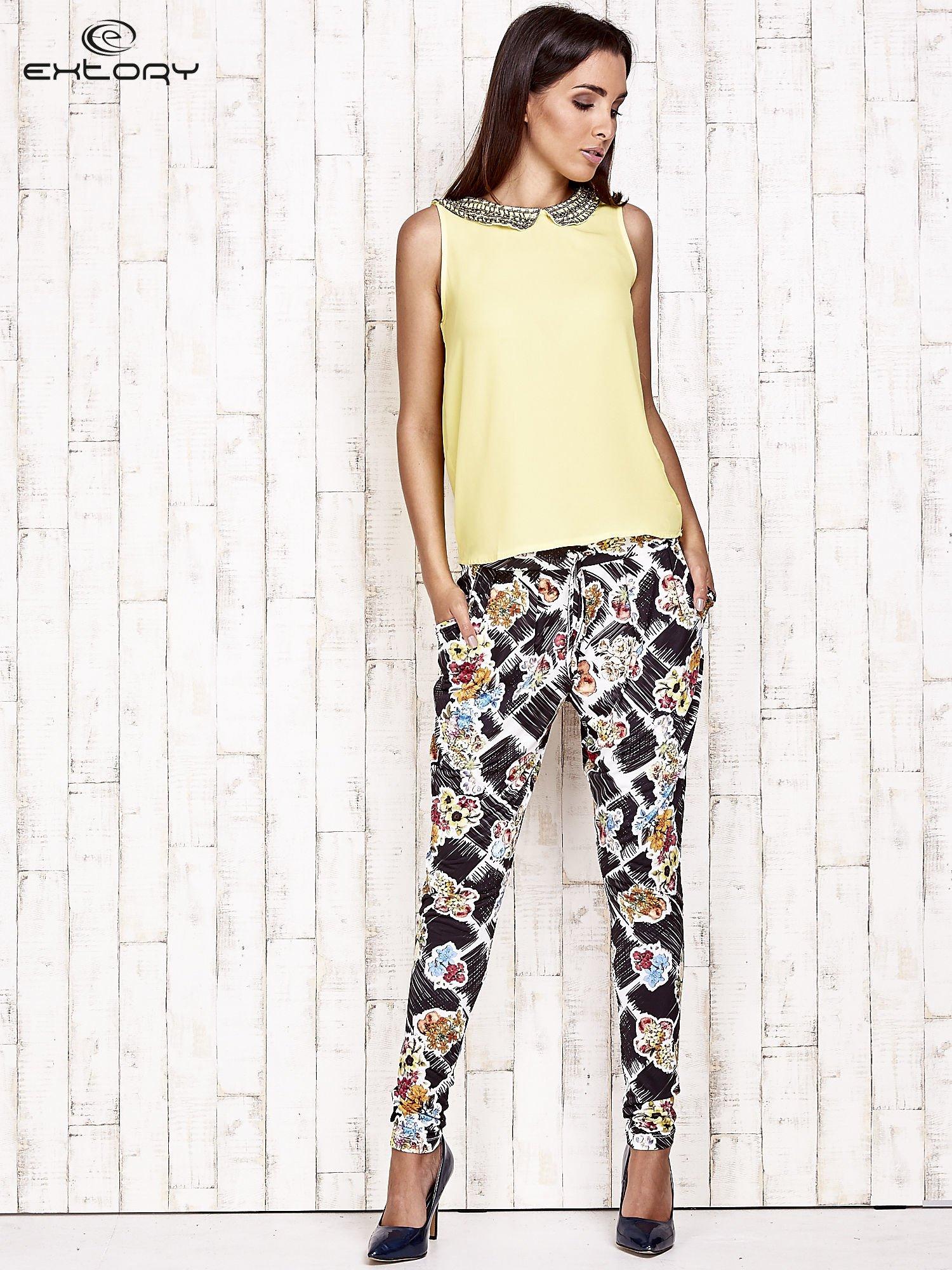 Czarne lejące spodnie z kwiatowym nadrukiem                                  zdj.                                  2