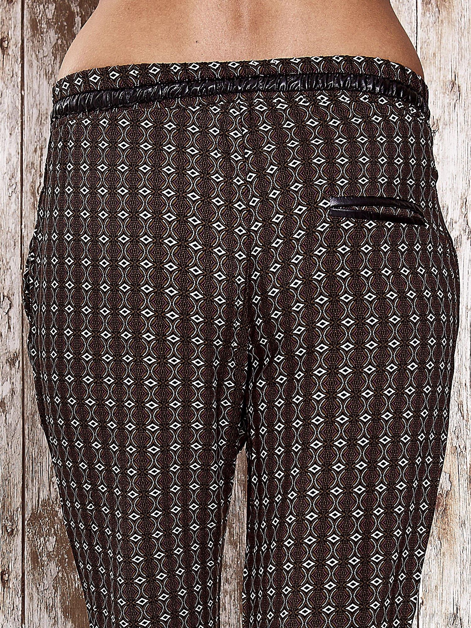 Czarne lejące wzorzyste spodnie                                  zdj.                                  4