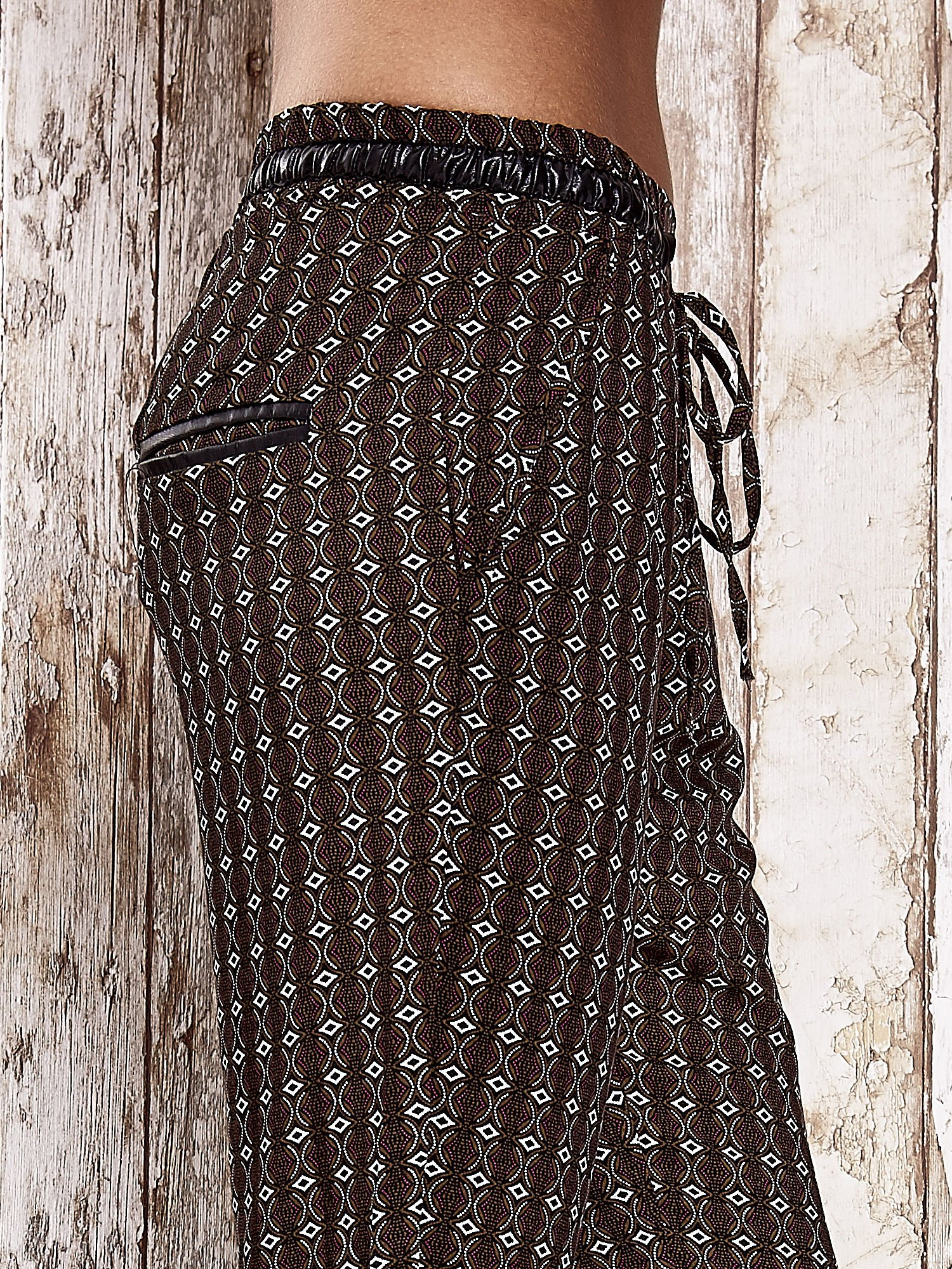 Czarne lejące wzorzyste spodnie                                  zdj.                                  6