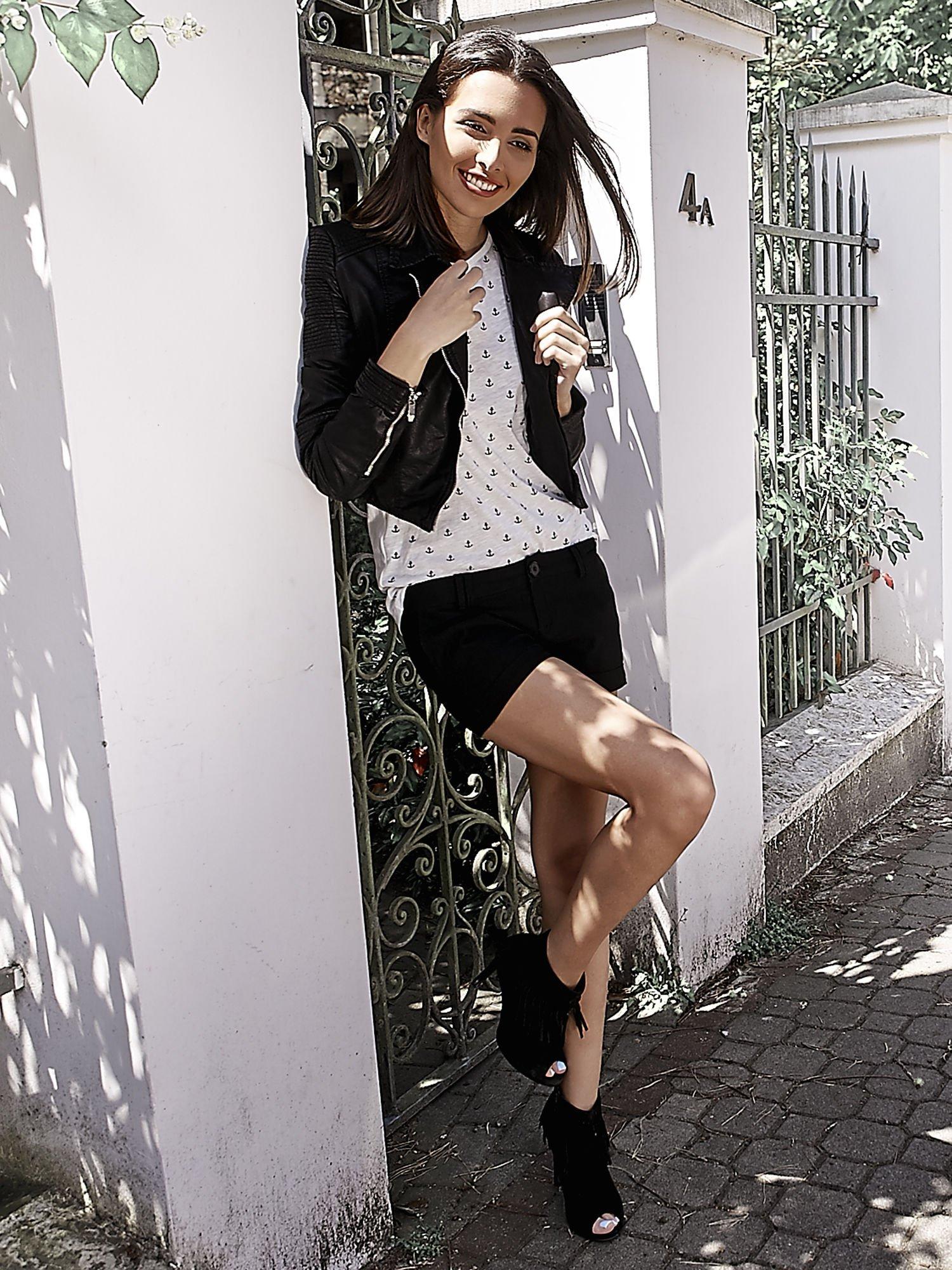 Czarne materiałowe szorty z podwijaną nogawką                                  zdj.                                  10