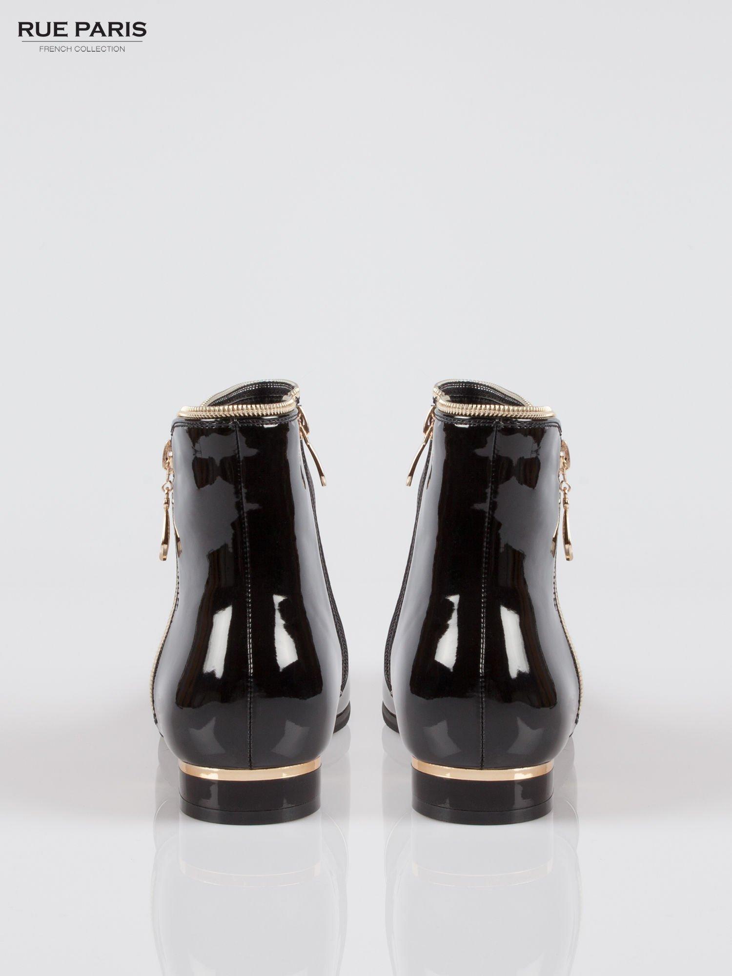 Czarne płaskie lakierowane botki ze złotym suwakiem i obcasem                                  zdj.                                  3