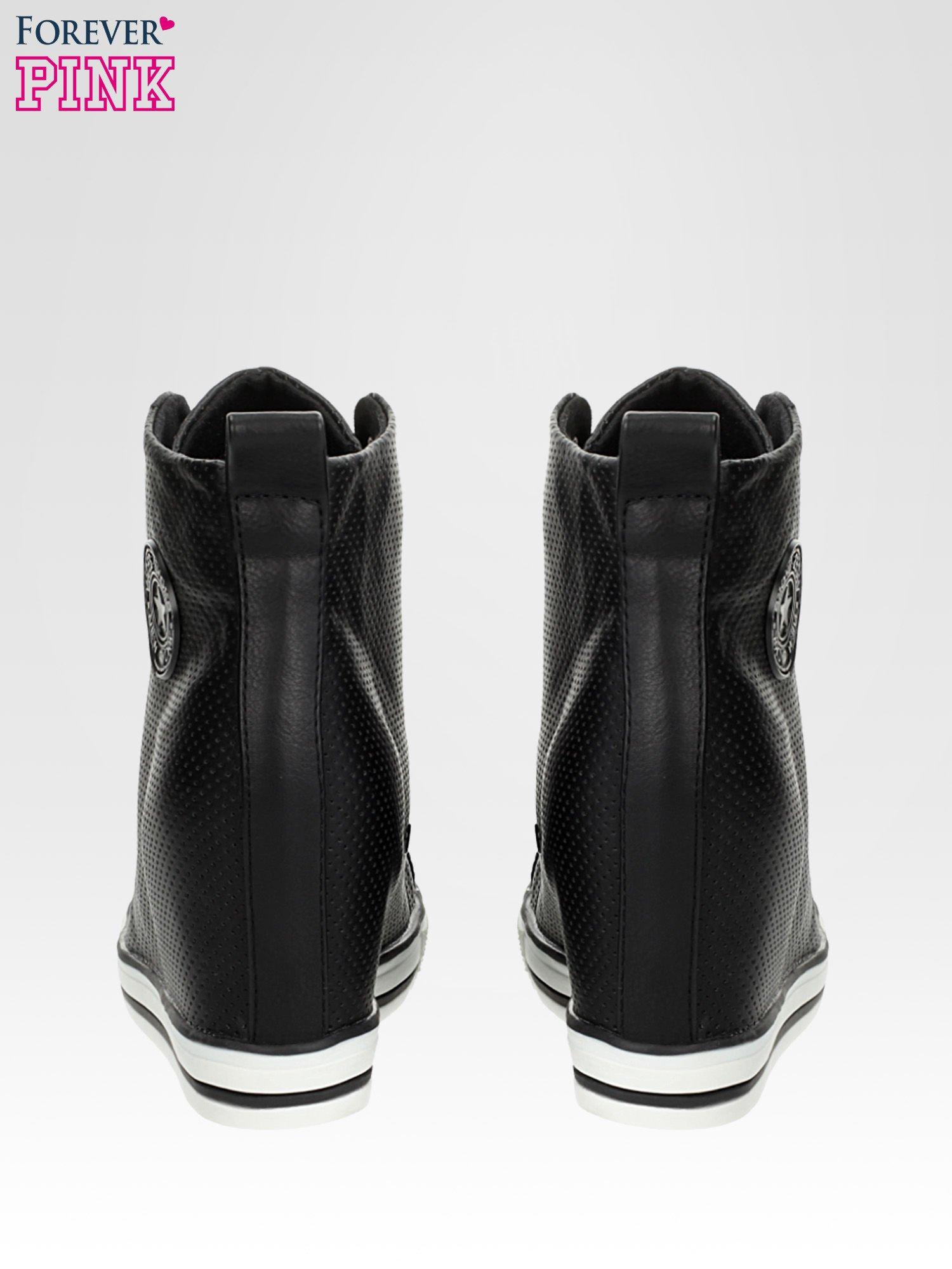 Czarne skórzane trampki na koturnie sneakersy z dziurkowanej cholewki                                  zdj.                                  3